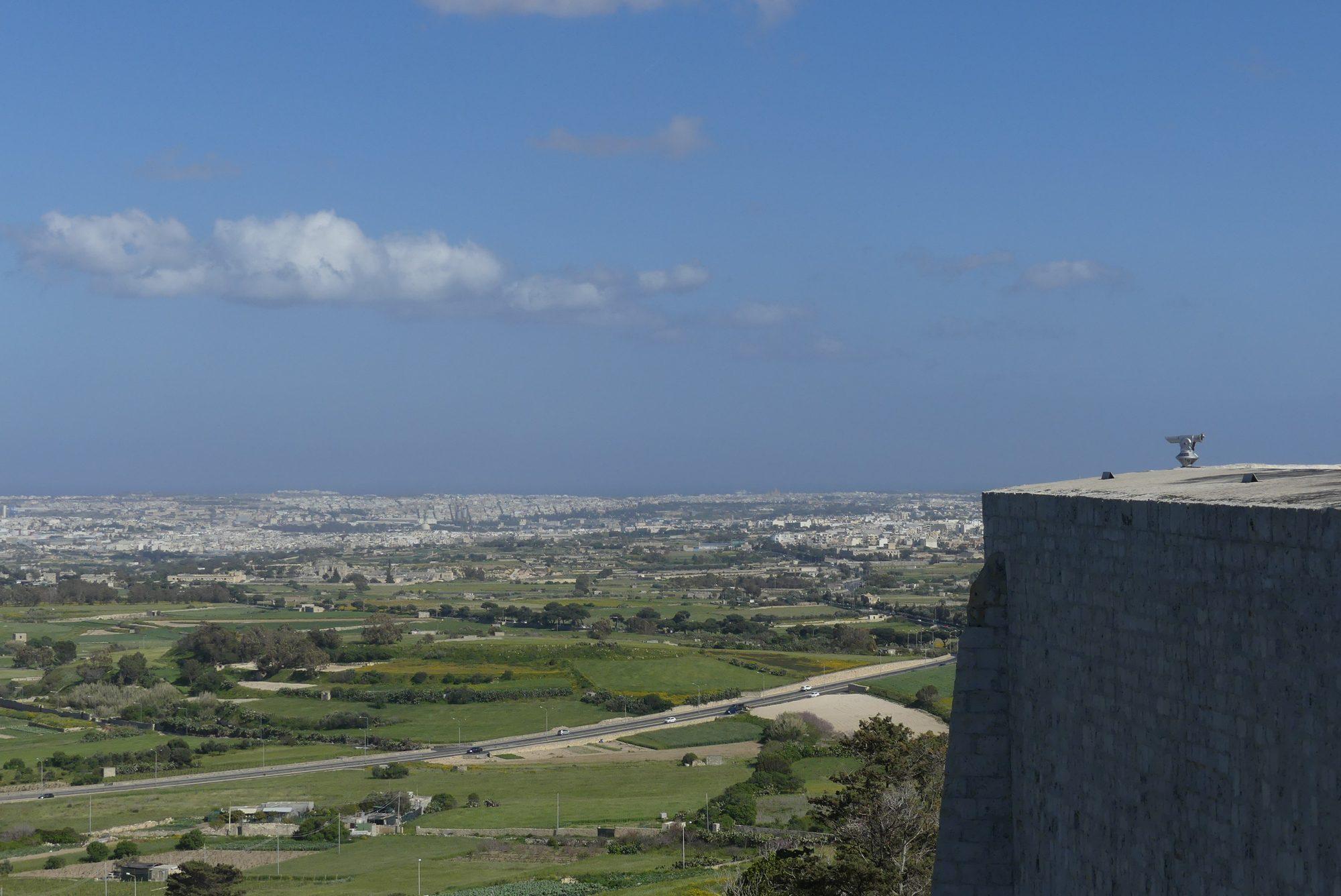 Blick von der Festungsmauer in Mdina auf Malta