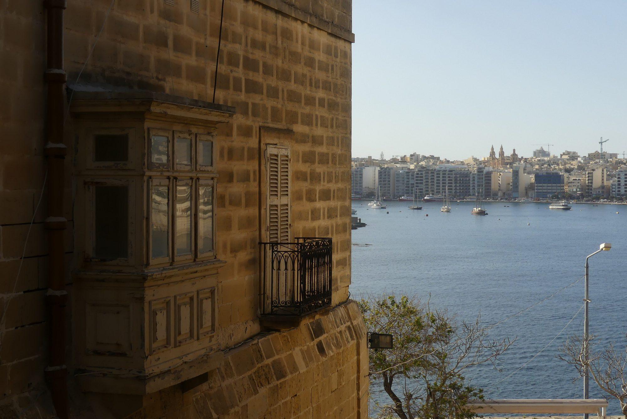 Erker in Valletta mit Blick auf Sliema Malta