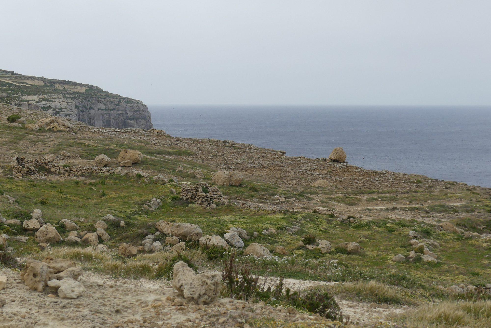 Spaziergang an der Küste von Gozo Malta