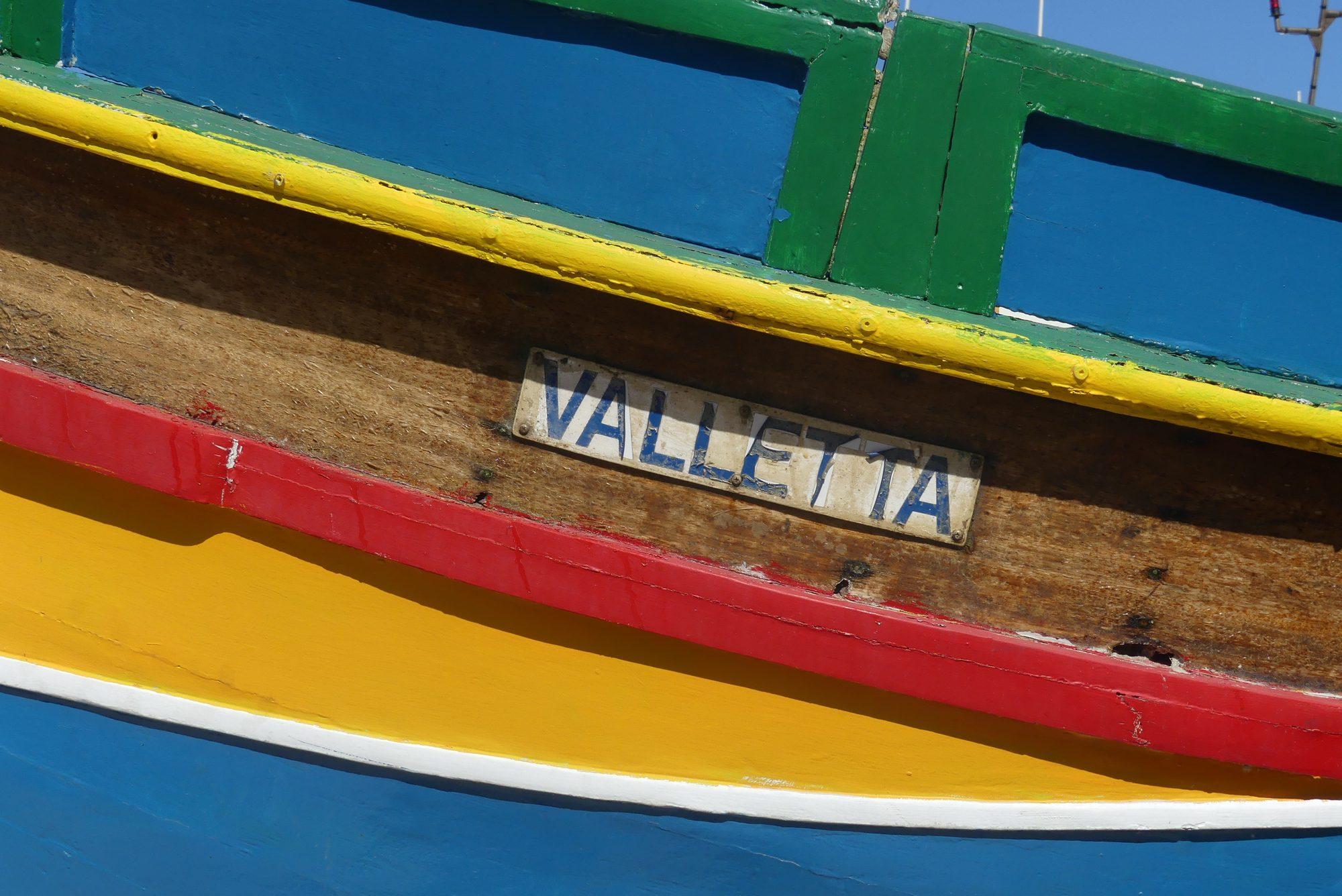 Ein Luzzu im Hafen von Mgarr auf Gozo Malta