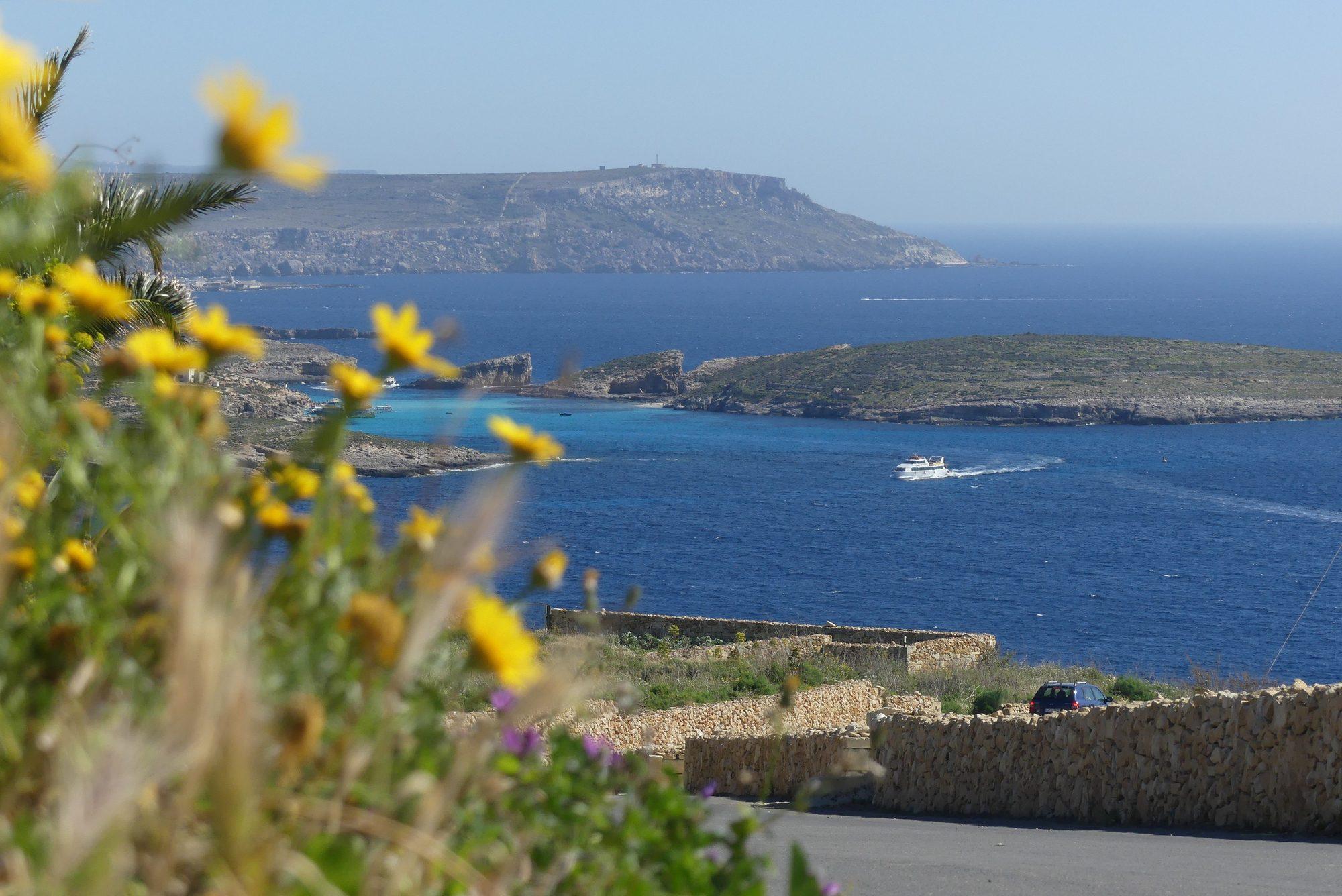 Blick von Gozo auf die Blue Lagoon auf Comino und auf Malta