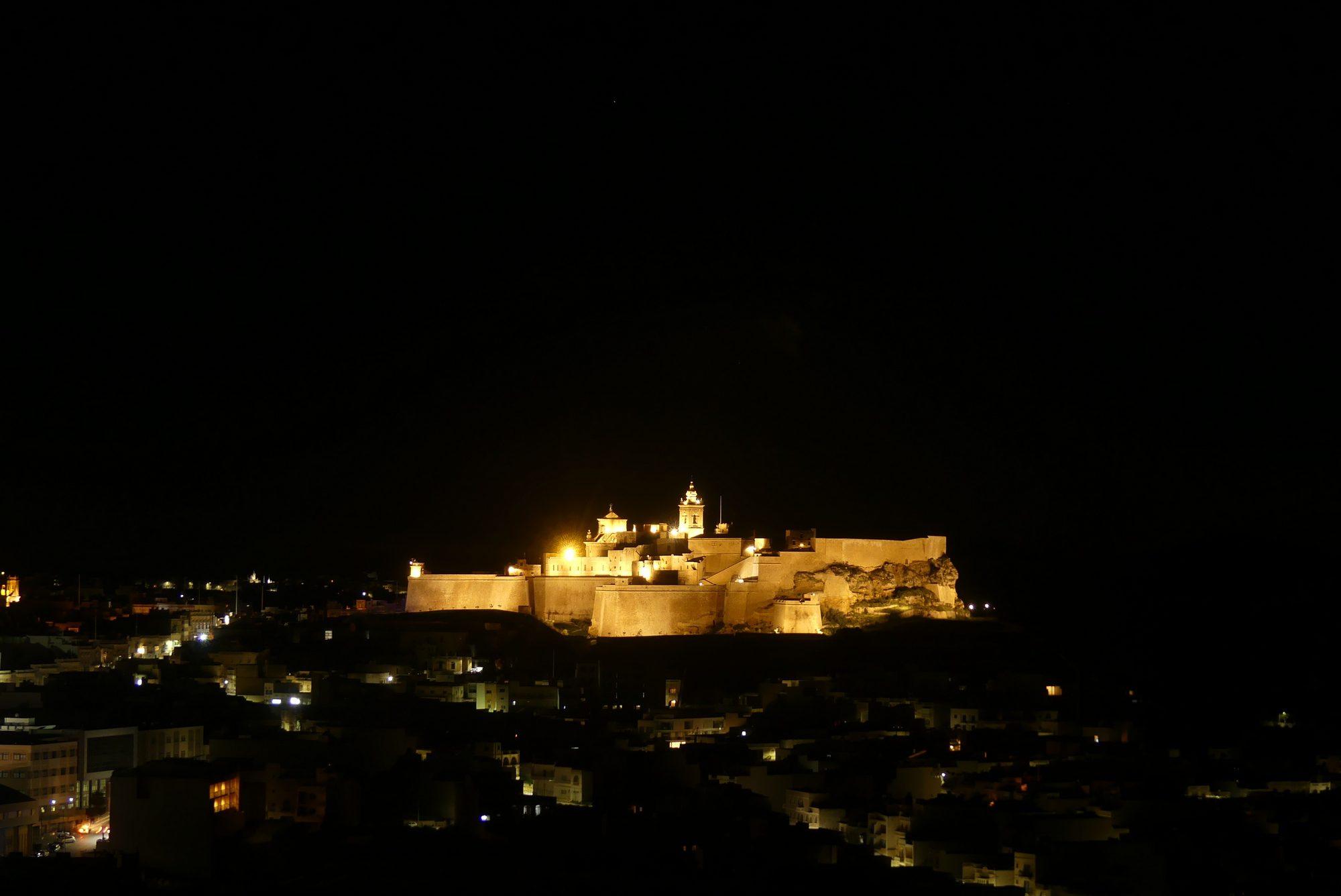 Zitadelle von Victoria in der Nacht auf Gozo Malta