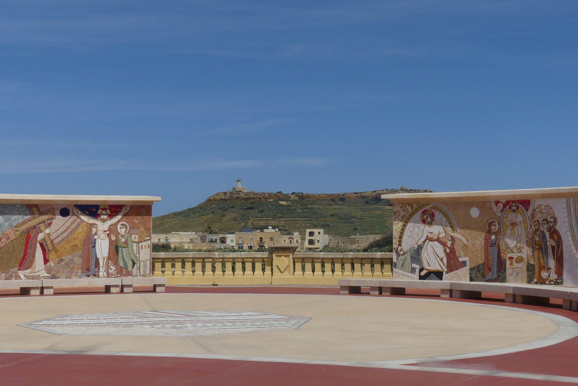 Vorplatz der Wallfahrtskirche Ta' Pinu auf Gozo Malta