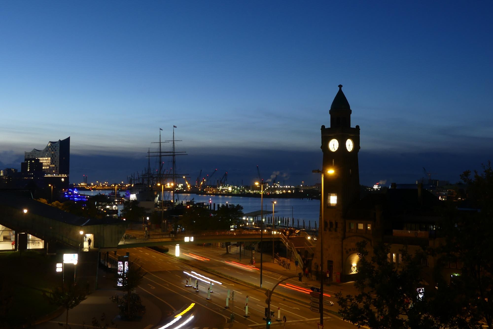 Hamburg Ausblick Landungsbrücken und Elbphilharmonie Morgens