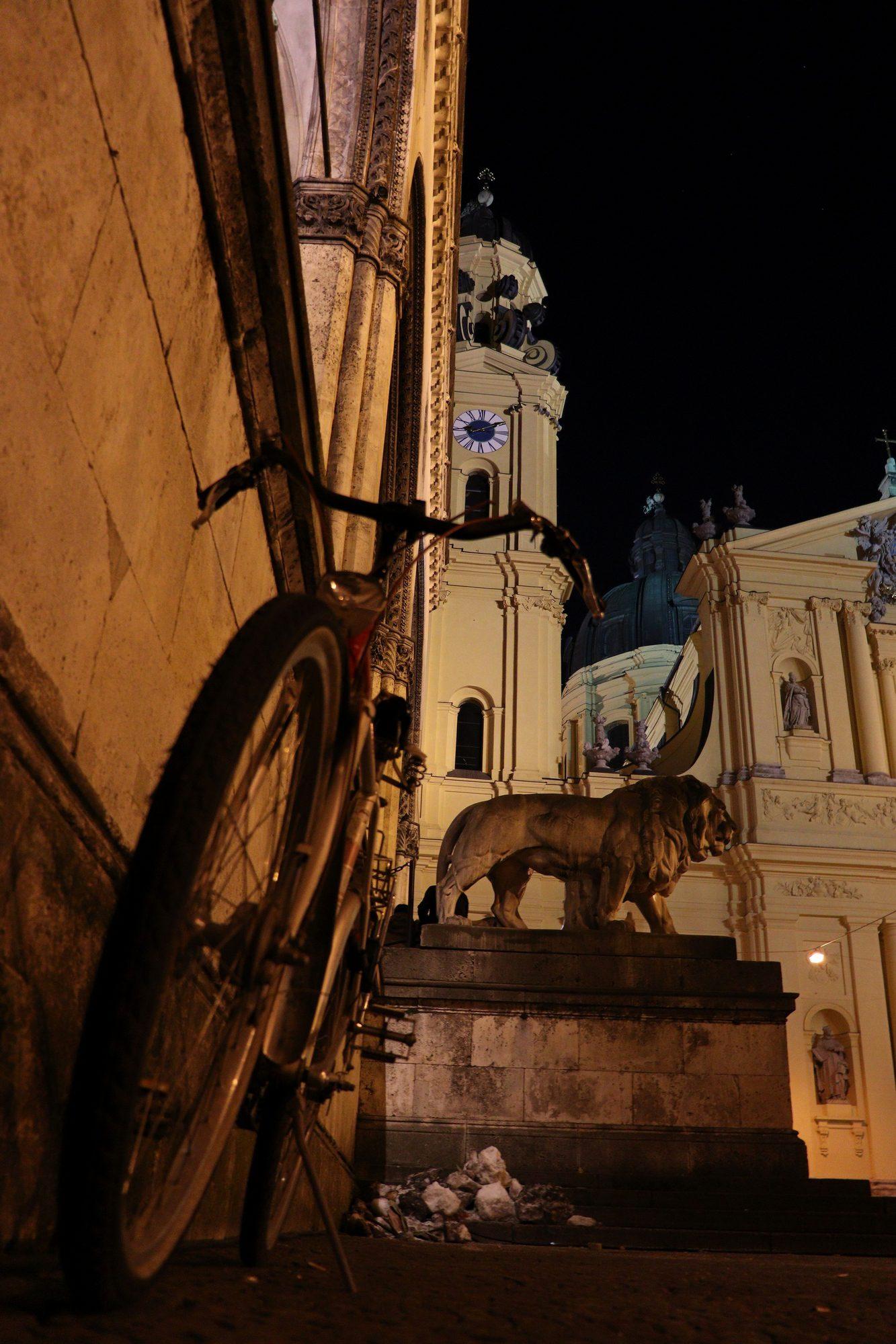 Fahrrad, Feldherrenhalle und Theatinerkirche am Odeonsplatz in München