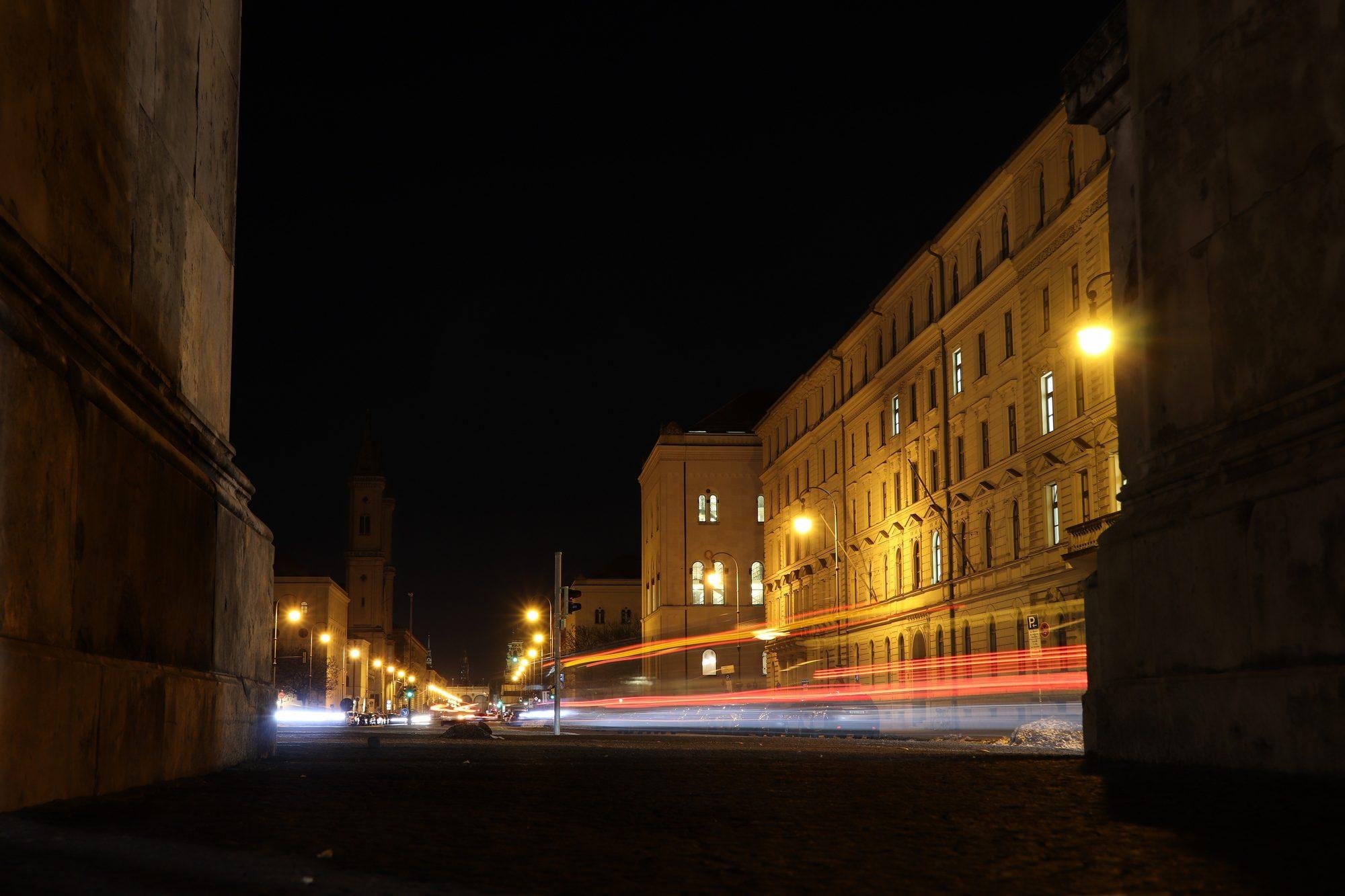 Langzeitbelichtung am Siegestor mit Blick auf die Ludwigstraße und München