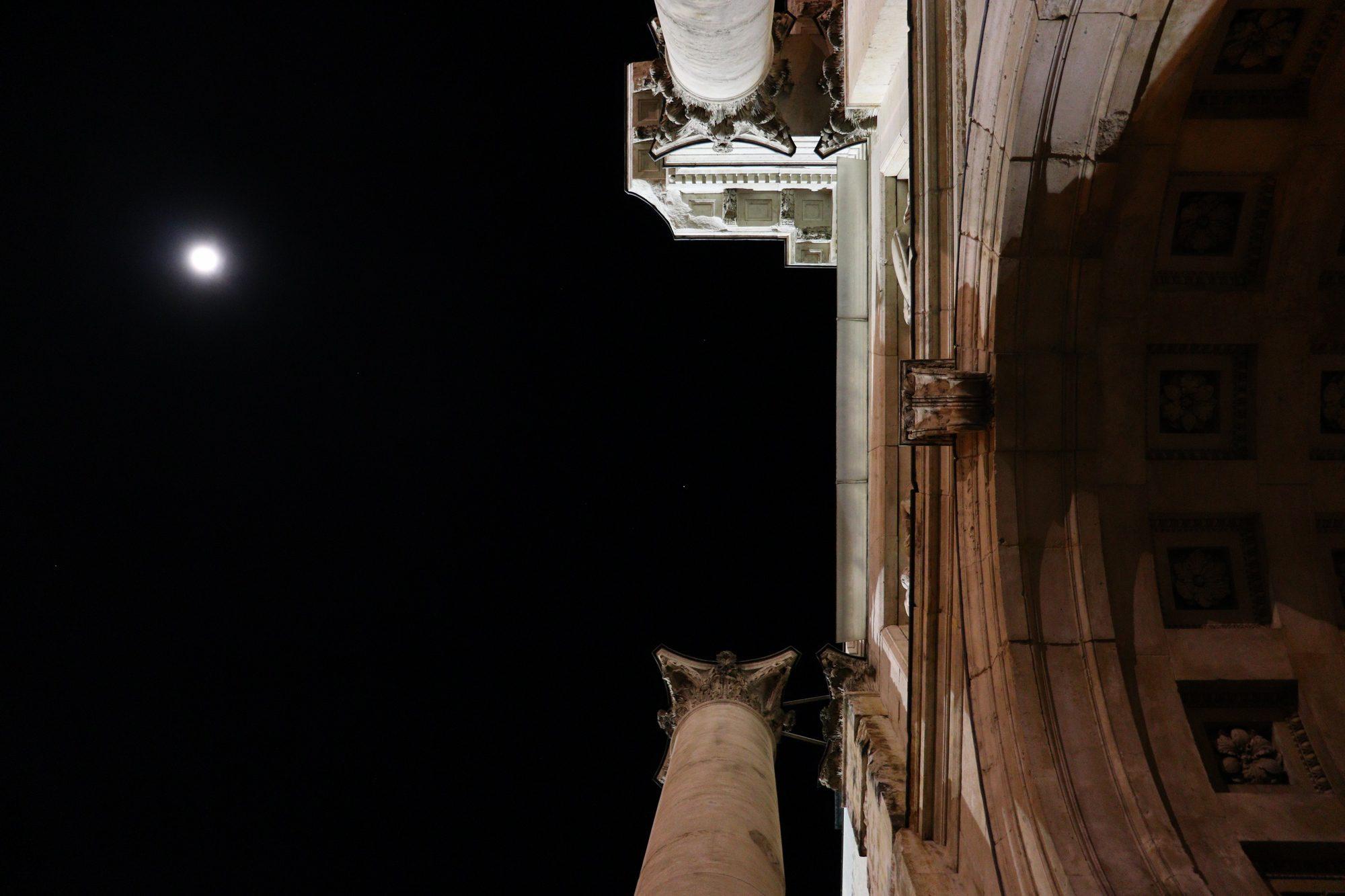 Torbogen am Siegestor mit Mond in München