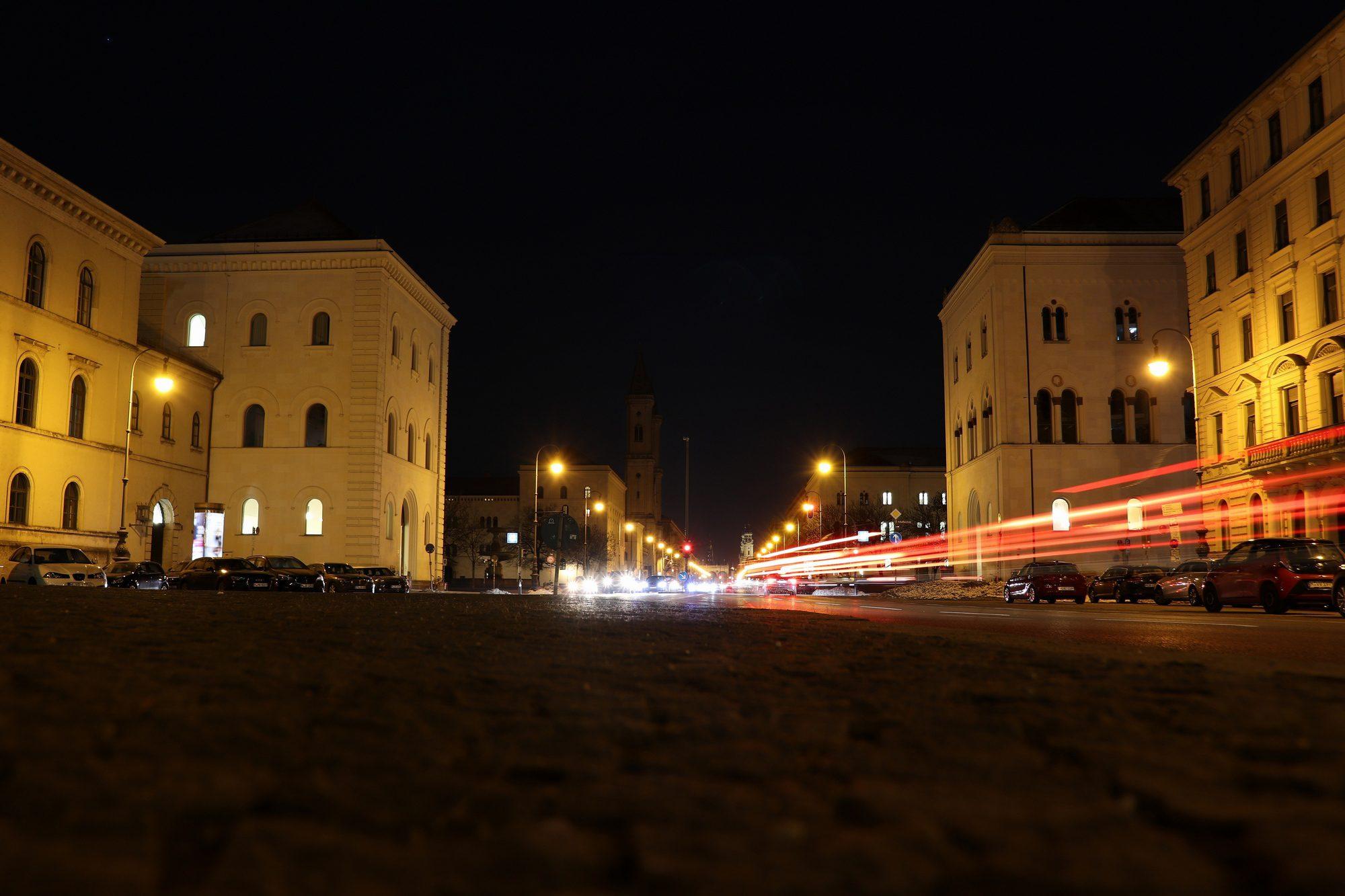 Langzeitbelichtung an der Ludwigstraße mit Blick auf München