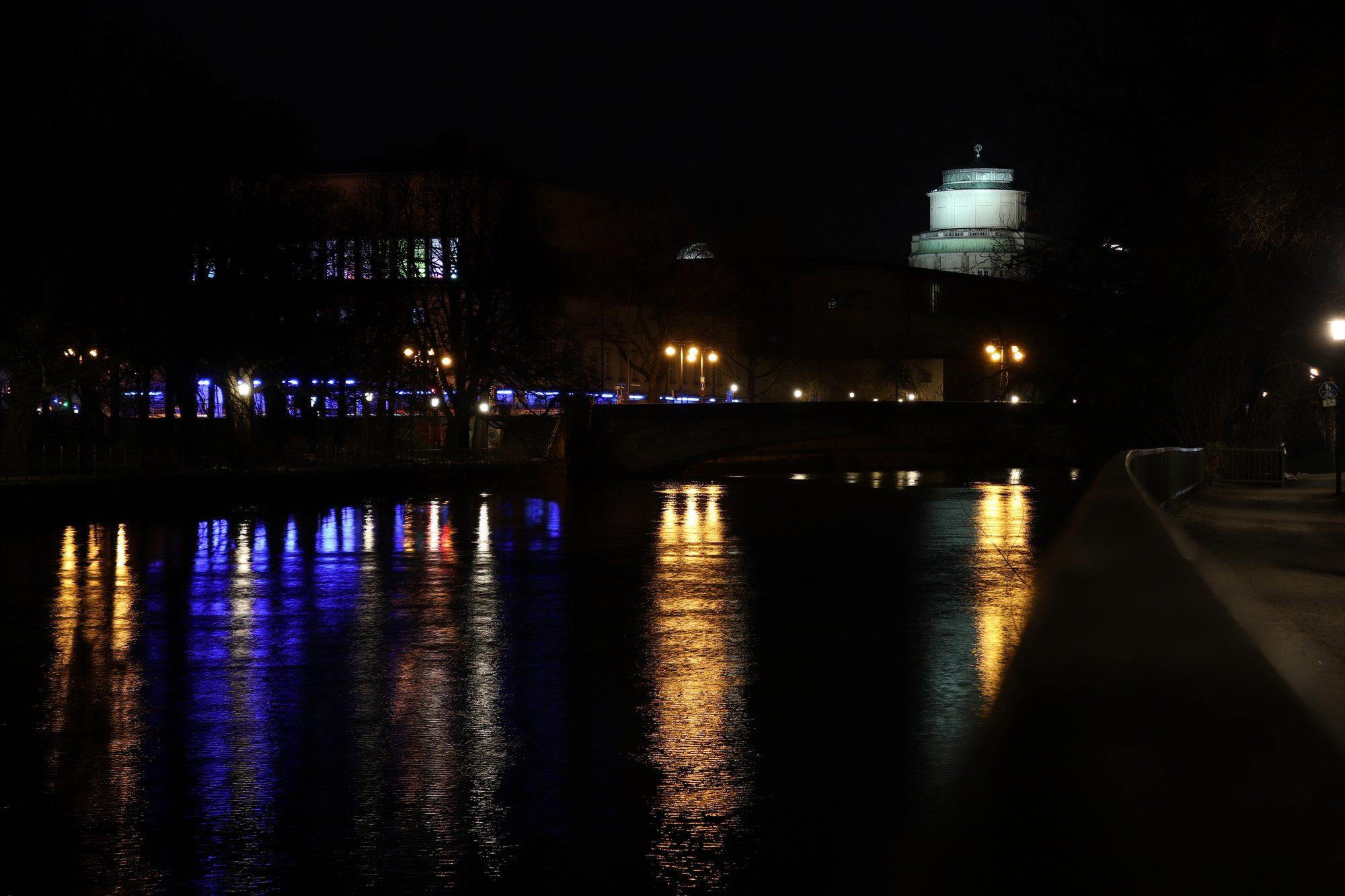 Die Isar mit Blick auf das Deutsche Museeum am Abend in München