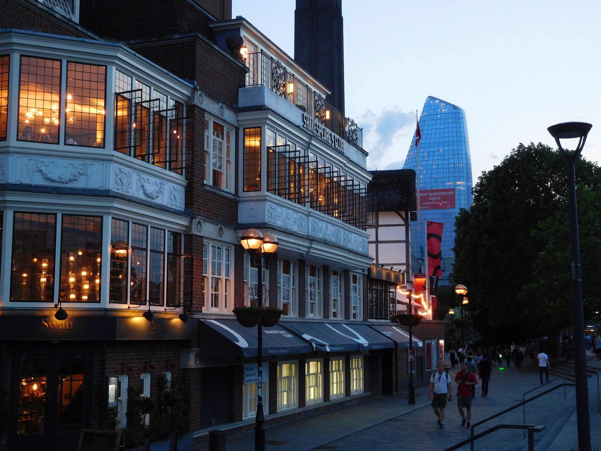 Abends am Themseufer in London