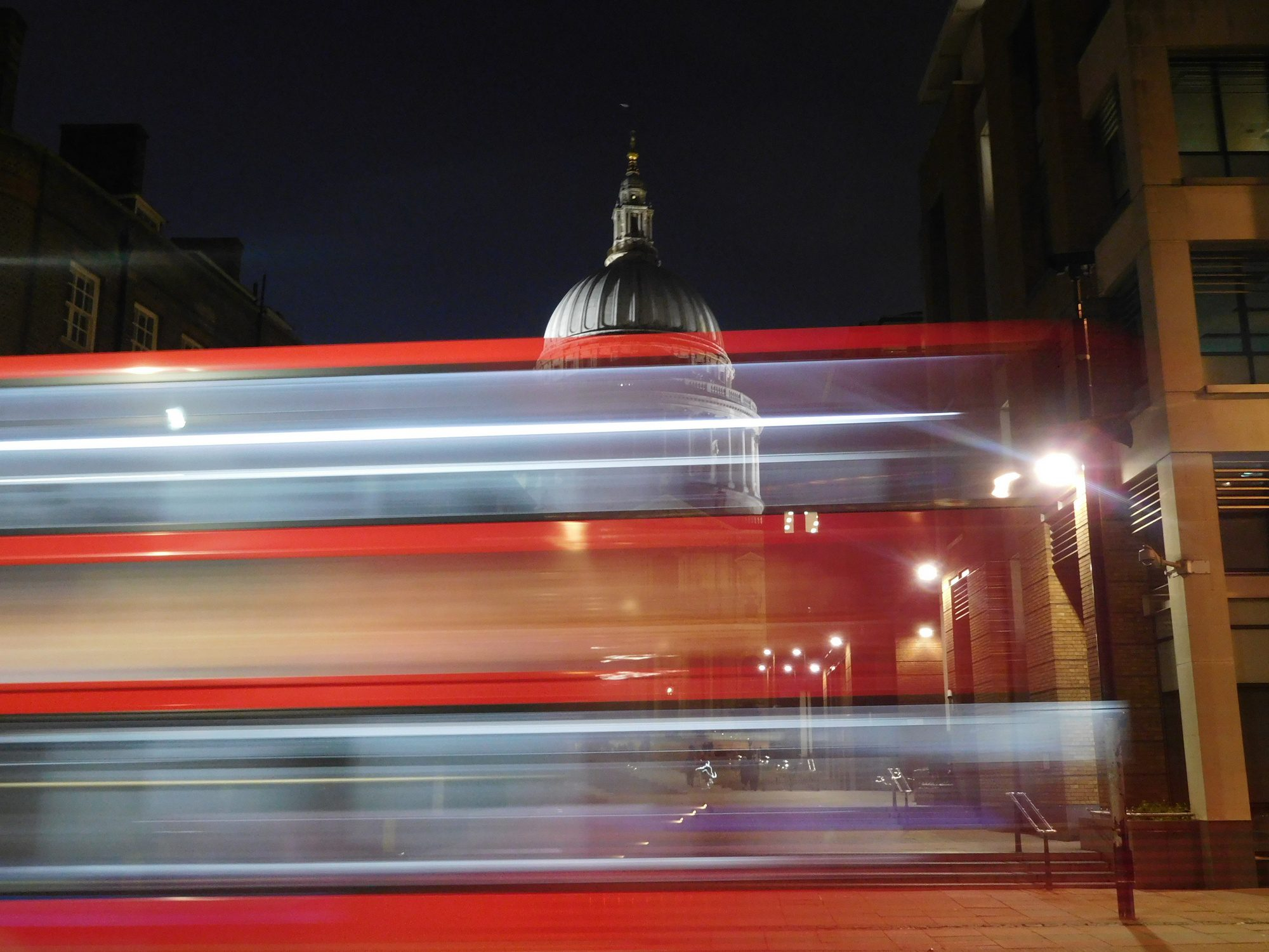 Roter Bus vor der St. Pauls Cathedral in London