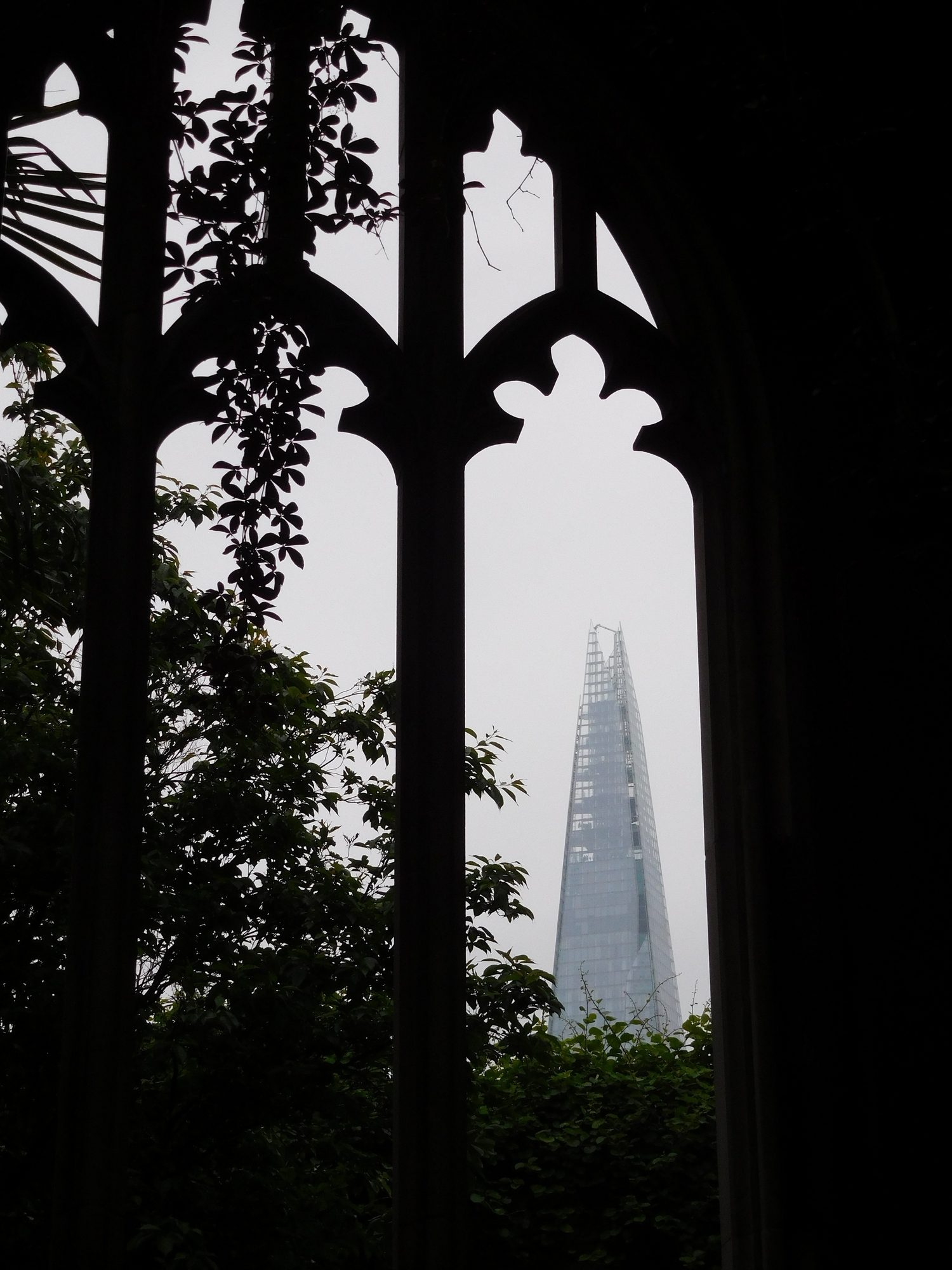 Blick auf the Shard von der Ruine St. Dunstan in the East in London
