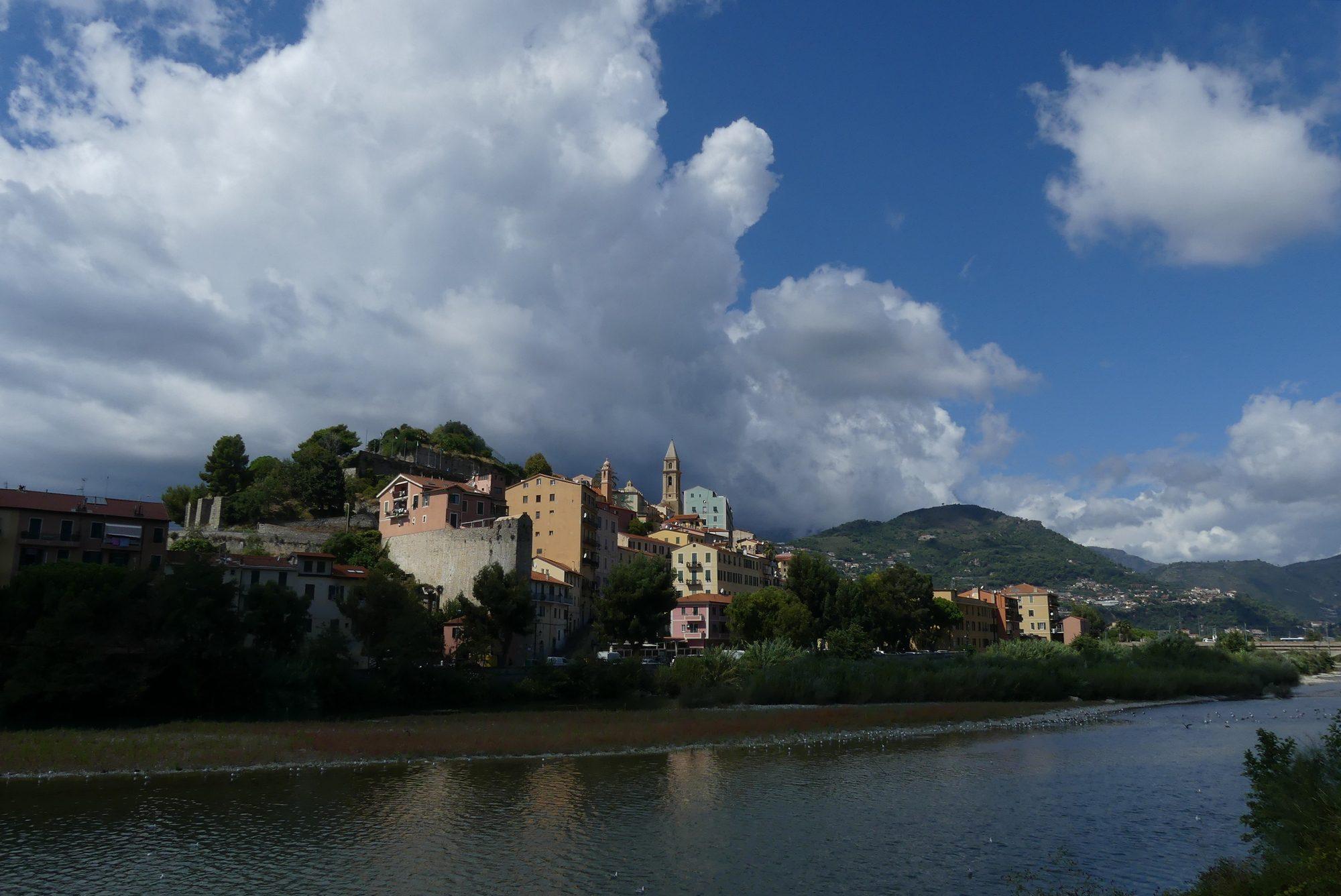 Blick auf die Altstadt von Ventimiglia Italien