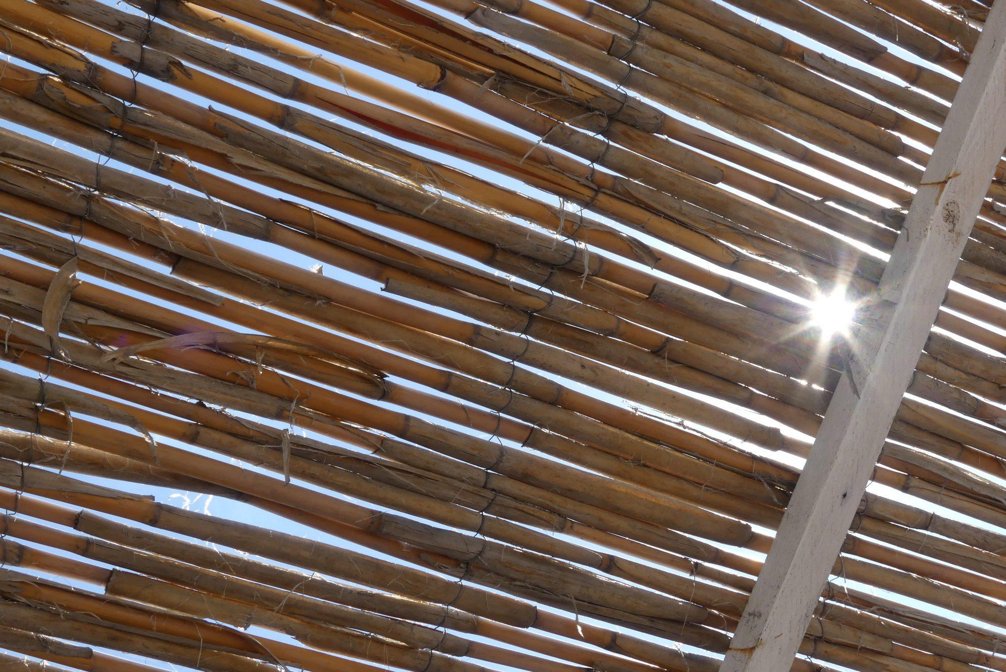 Sonnenschutz am Strand von Ventimiglia Italien