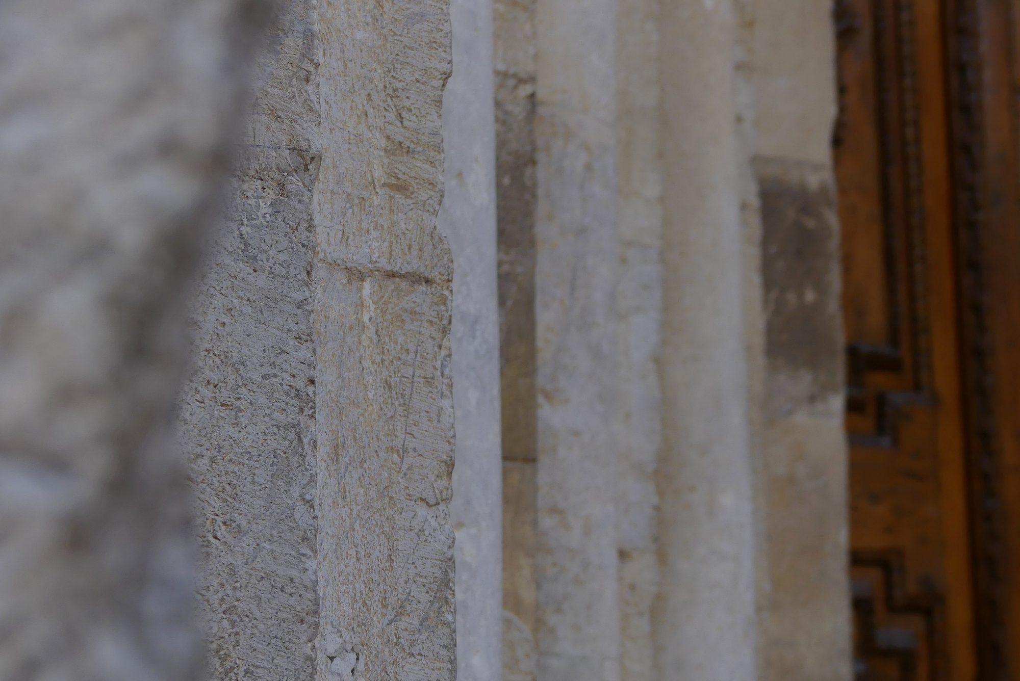 Details der Kirchenfassade in Ventimiglia