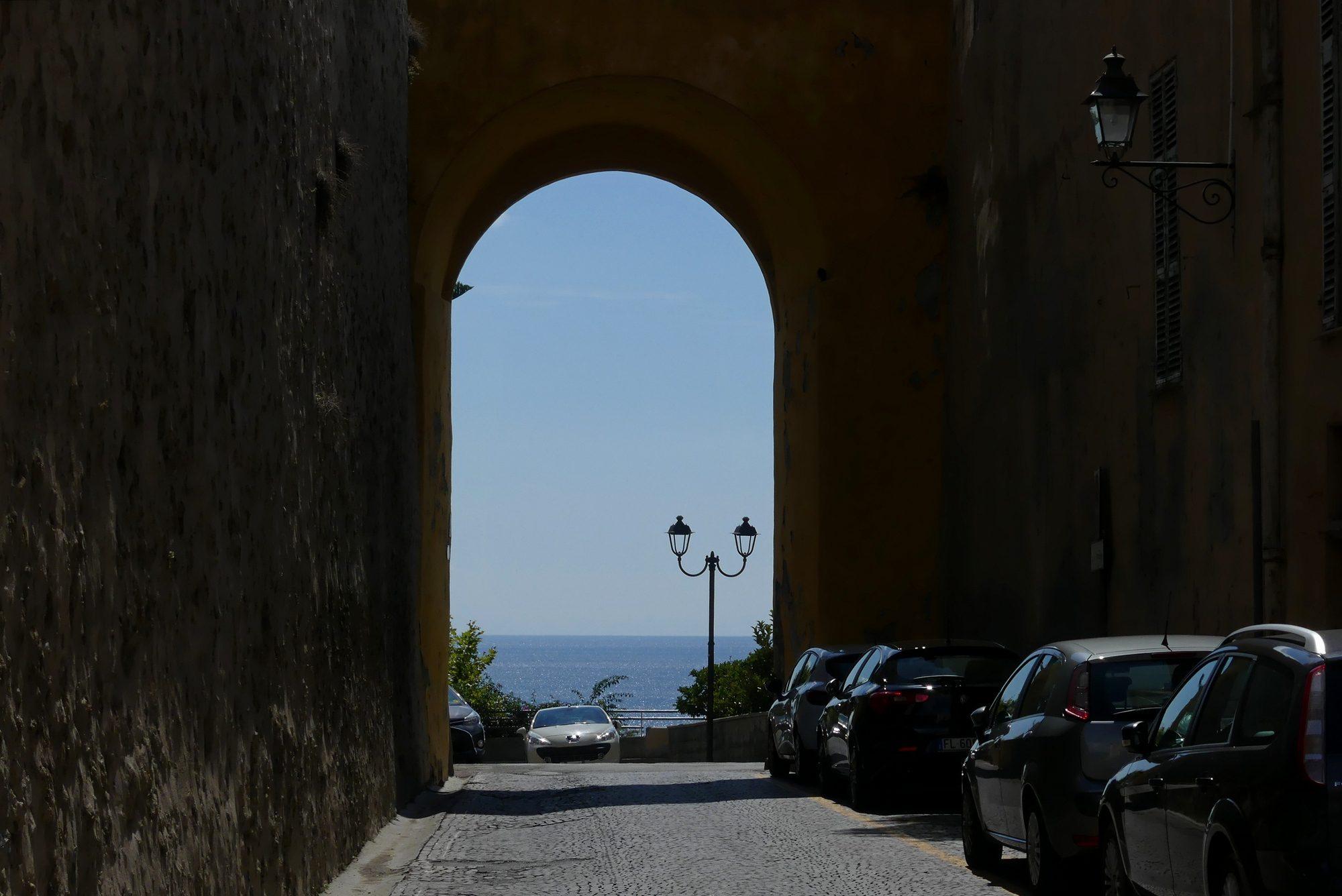 Straße mit Blick auf das Meer in der Altstadt von Ventimiglia