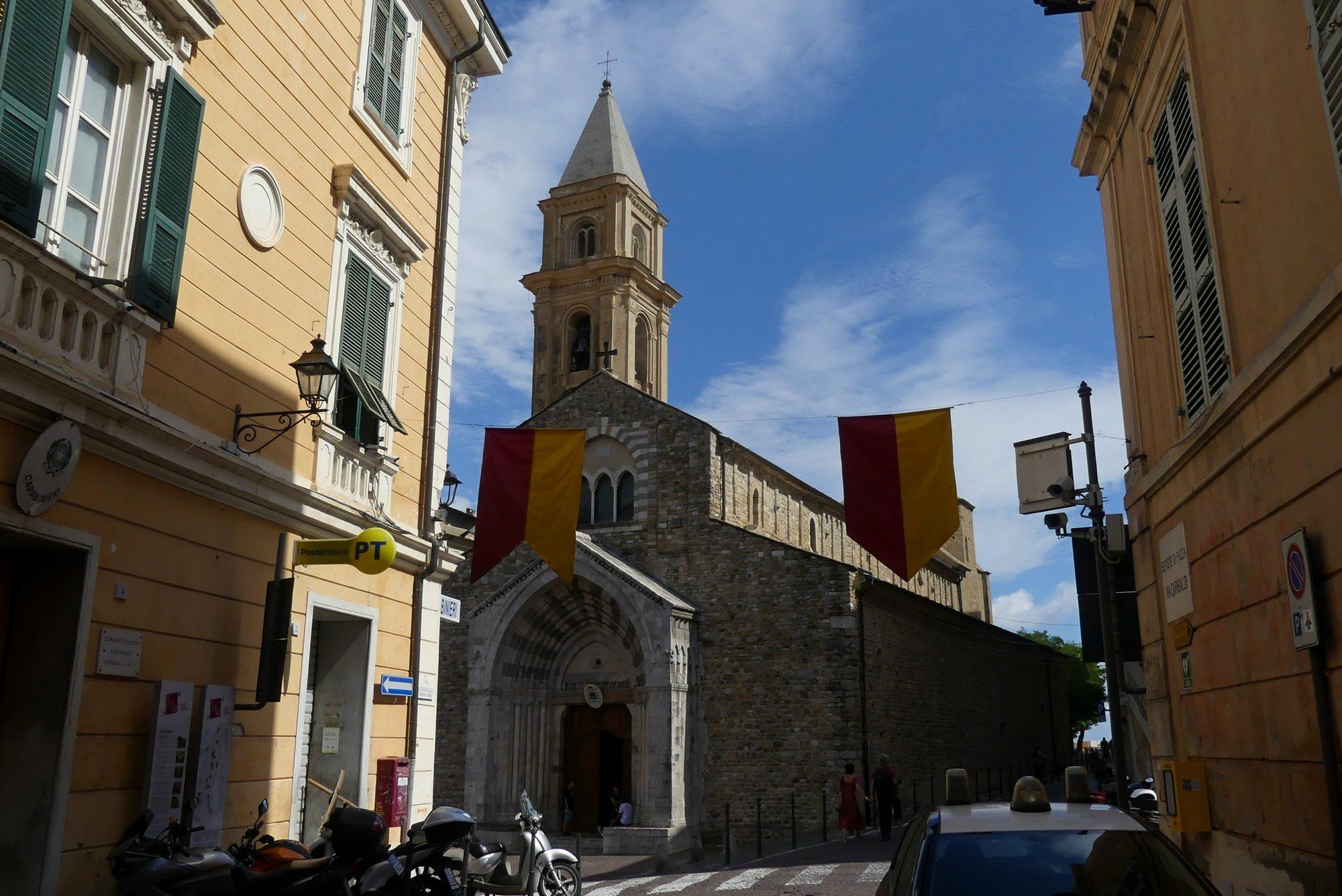 Kirche von der Hauptstraße der Altstadt von Ventimiglia aus gesehen