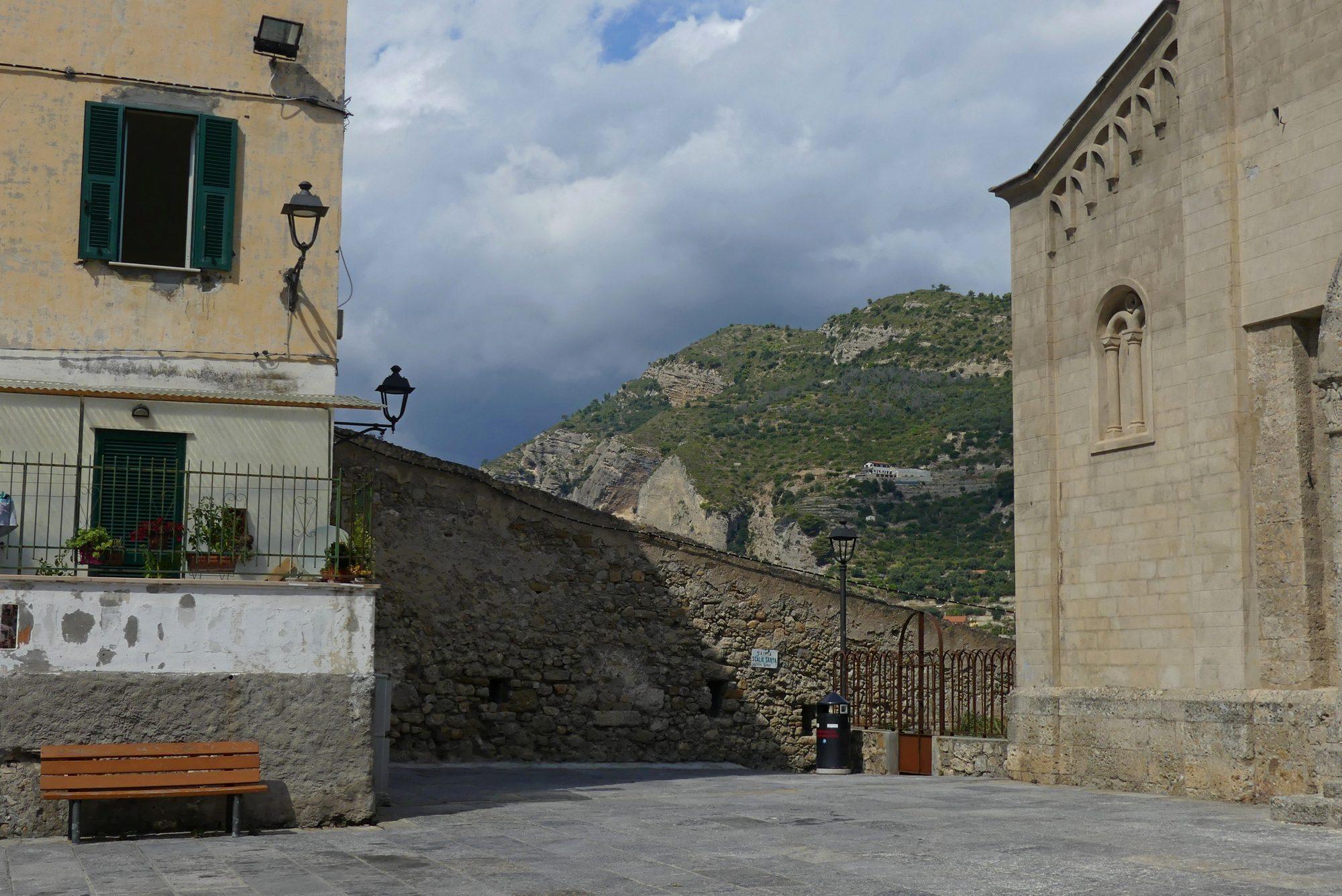 Kirchenvorplatz in der Altstadt von Ventimiglia