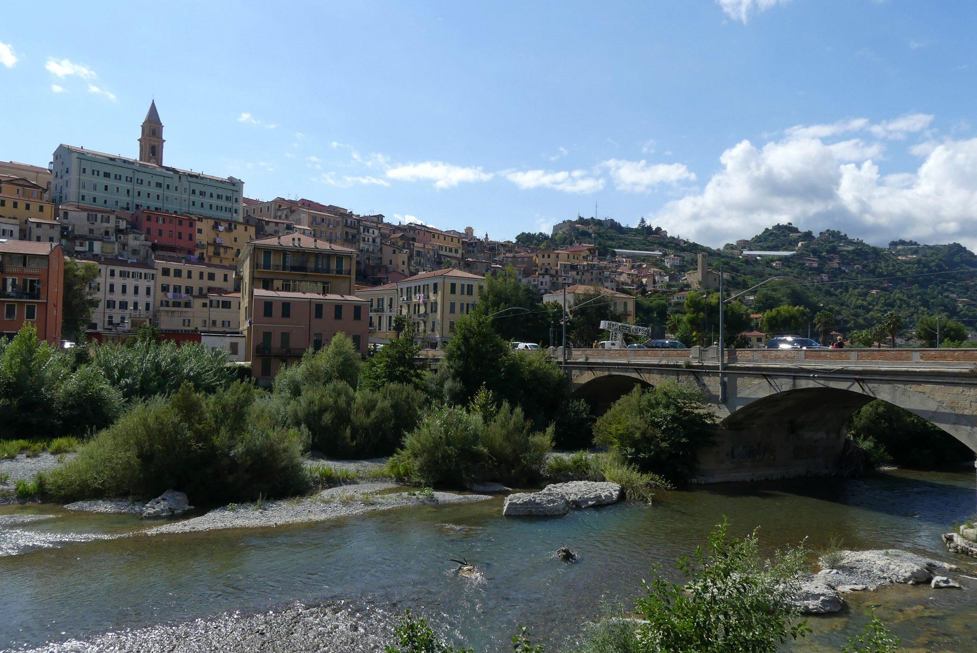 Die Altstadt von Ventimiglia am Fluss Roia