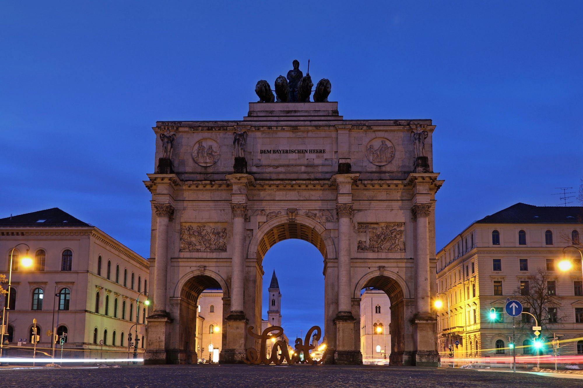 Siegestor in München zur Blauen Stunde