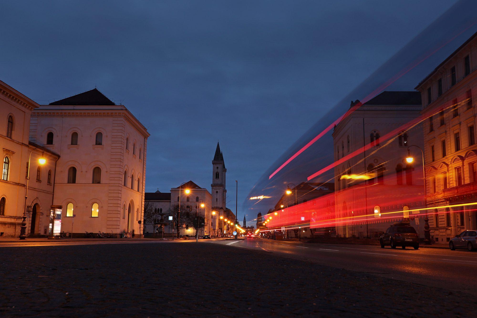 Blick auf die Ludwigstraße in München zur Blauen Stunde