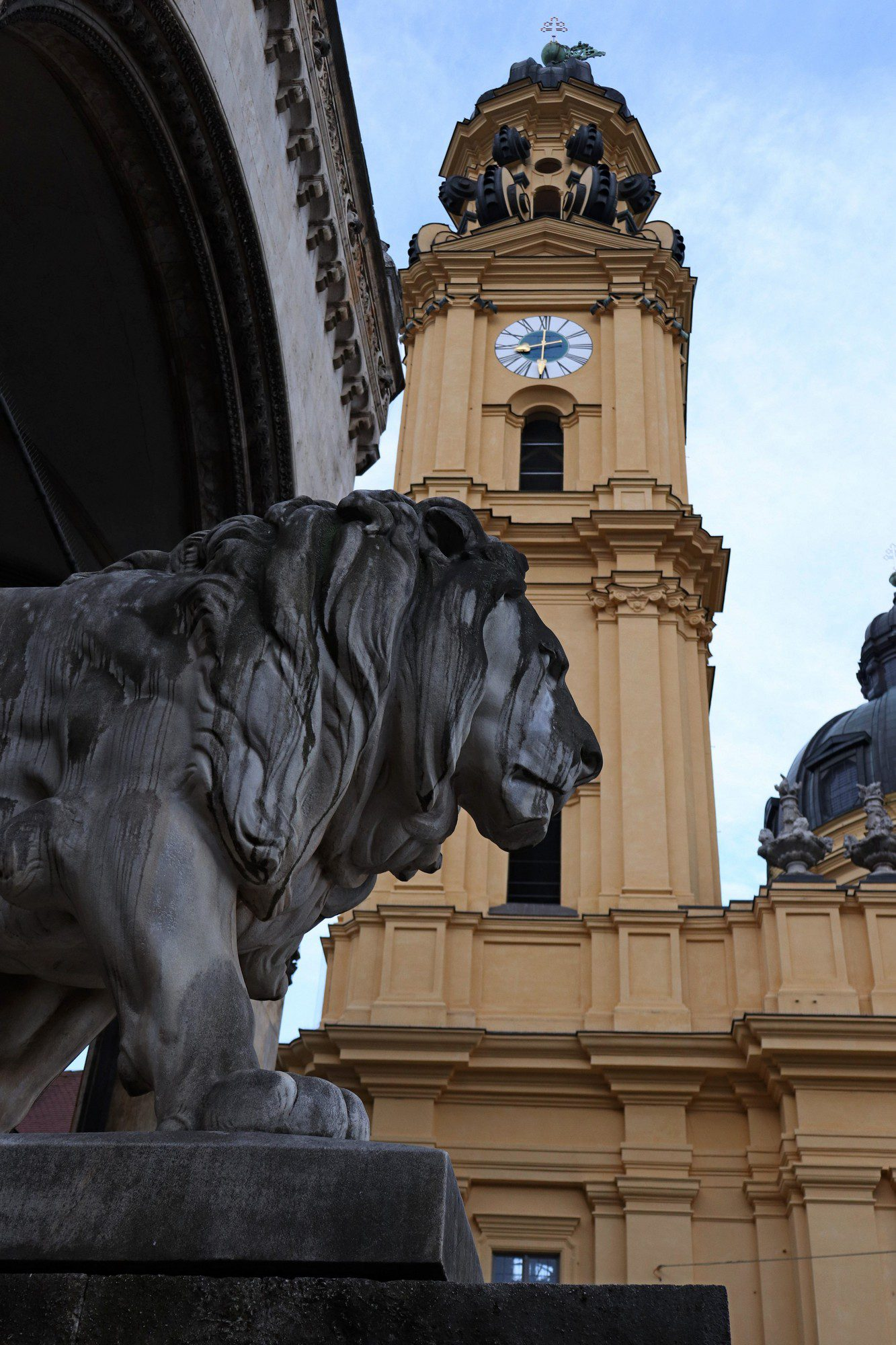 Löwe an der Feldherrnhalle vor der Theatinerkirche in München