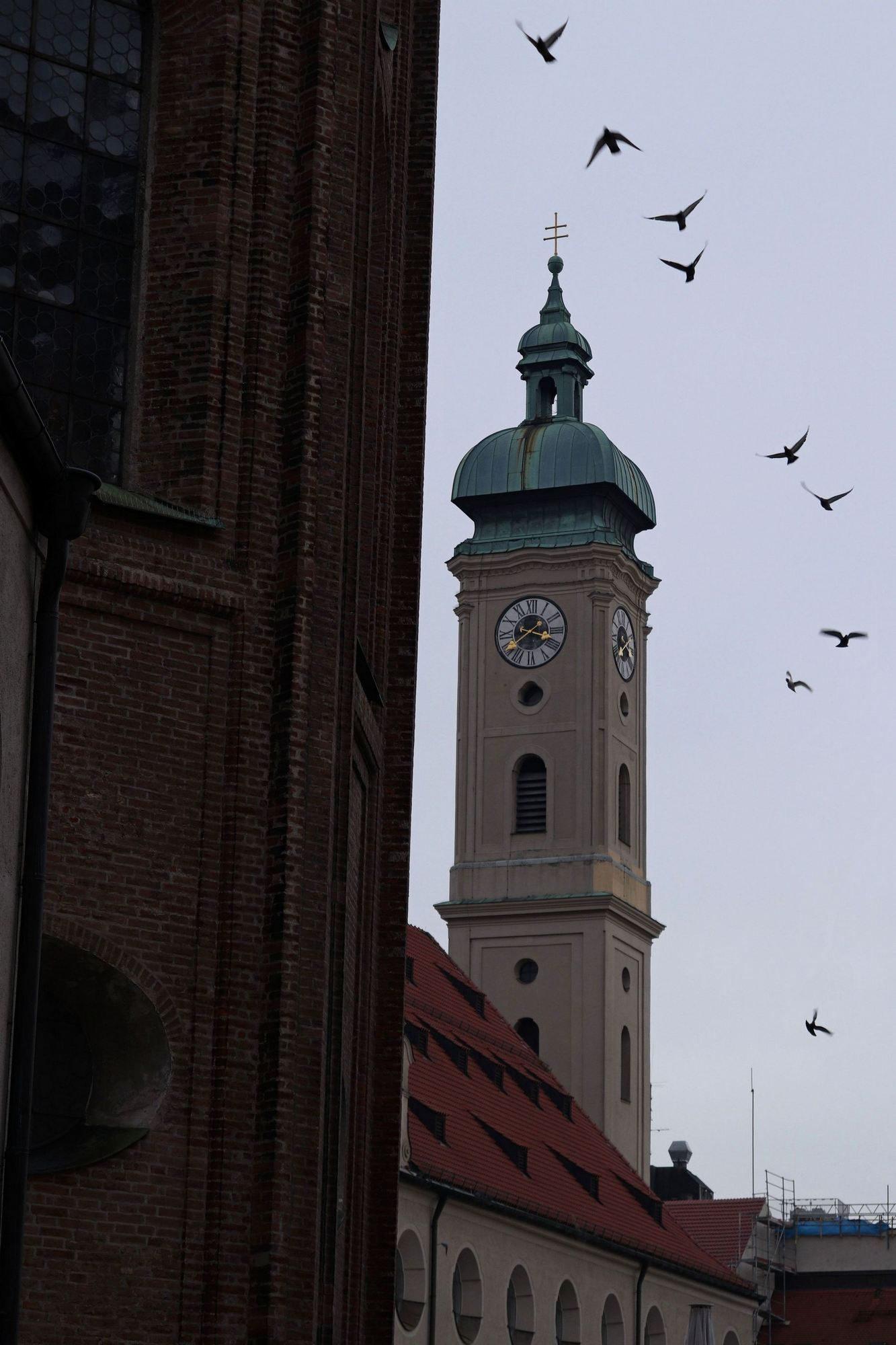 Heilig-Geist-Kirche mit Tauben in München