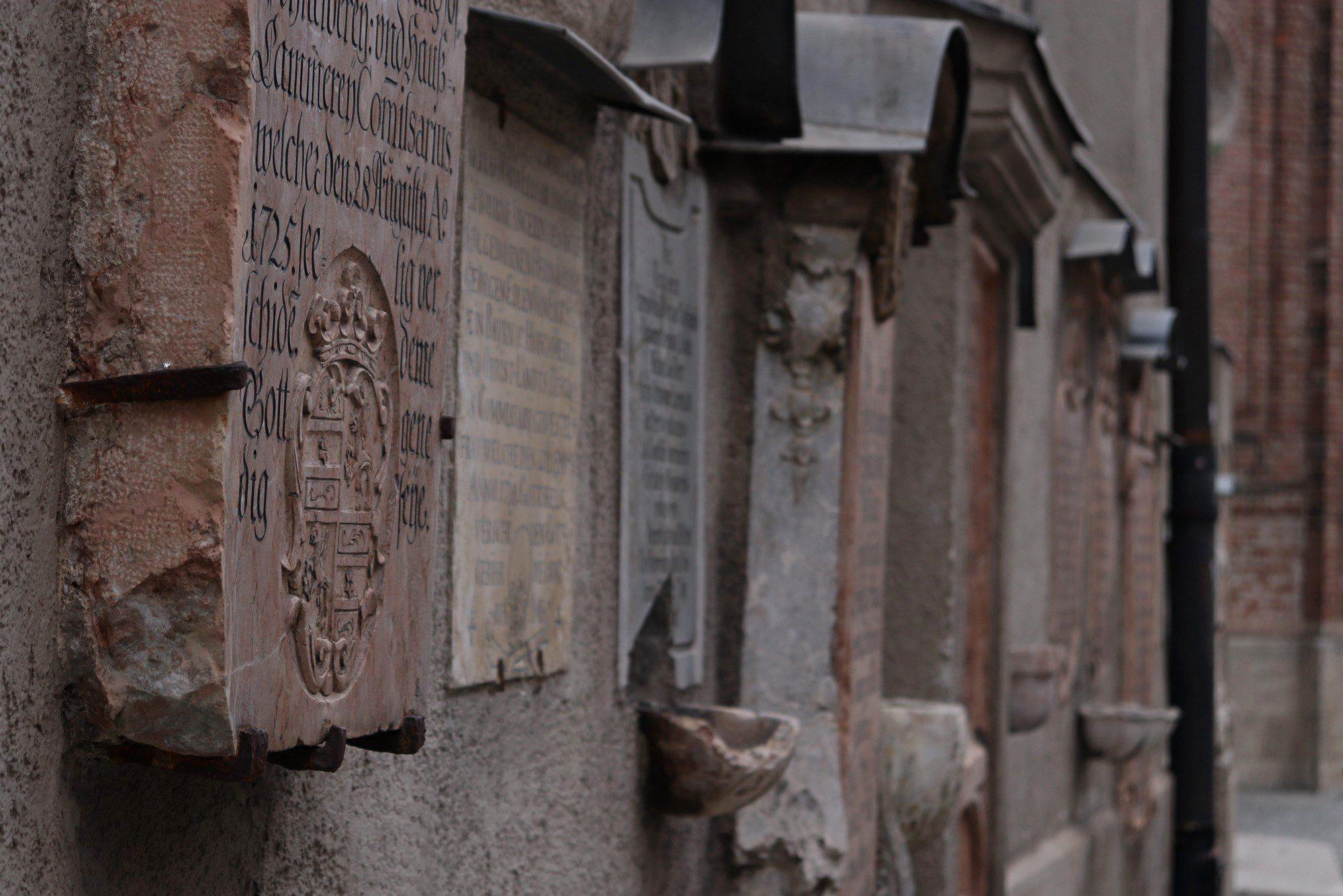 Grabsteine an der Fassade des Alten Peters in München