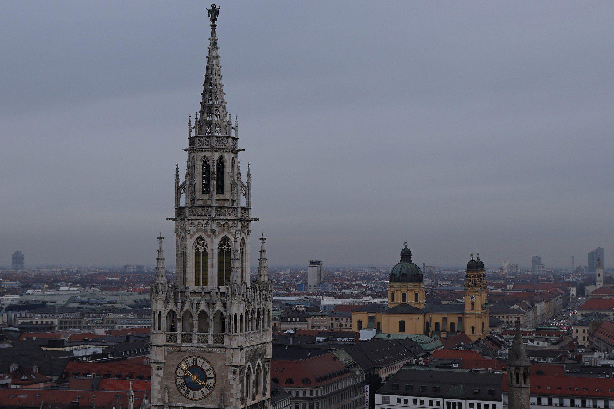 Ausblick vom Alten Peter auf das Rathaus und auf München