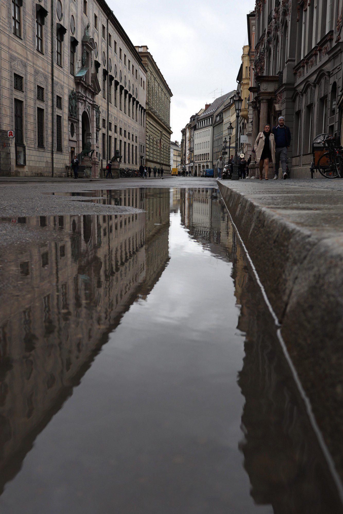 Pfützen-Spiegelungen in der Residenzstraße in München