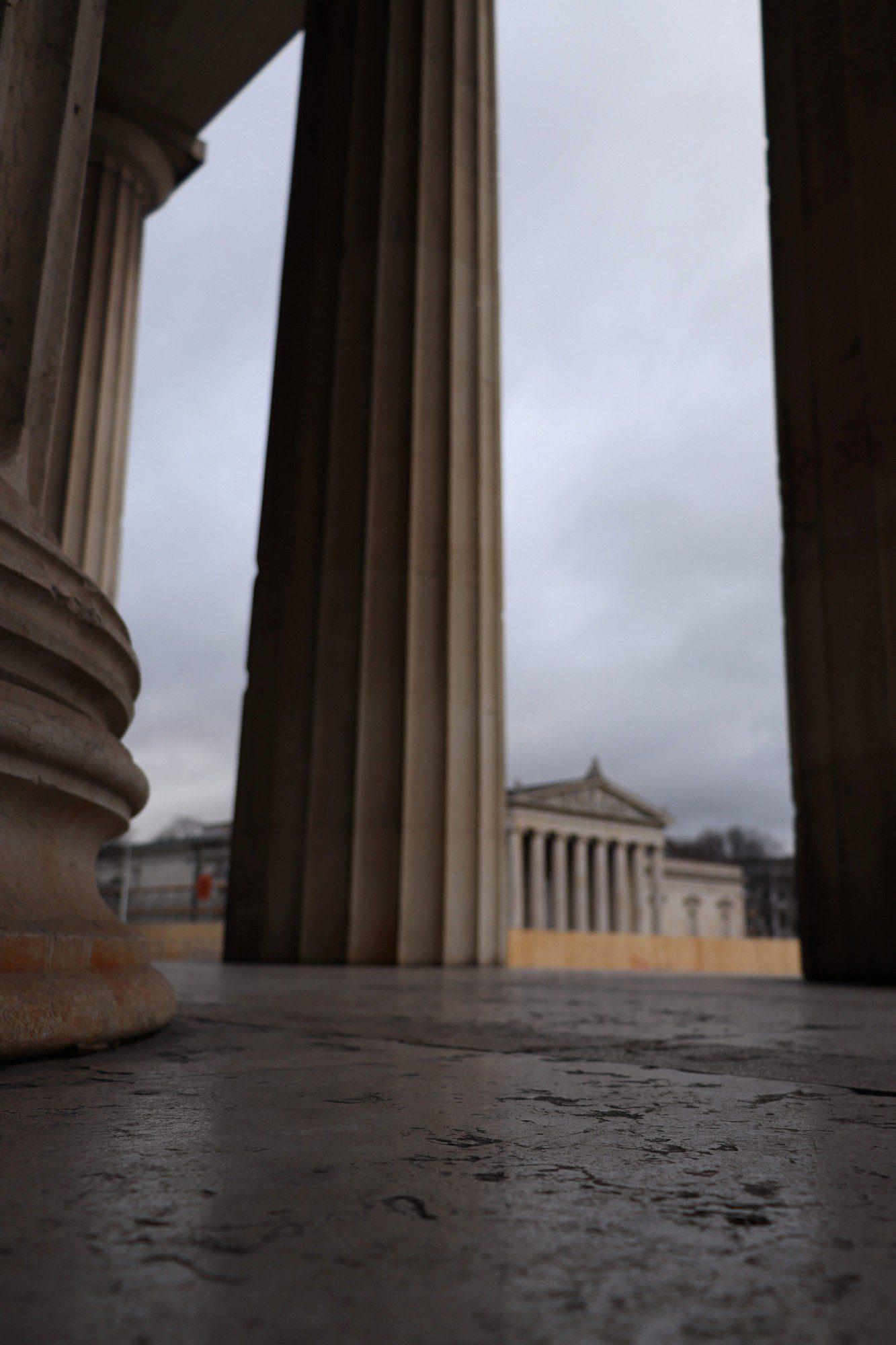 Blick auf den Münchner Königsplatz von den Propyläen aus