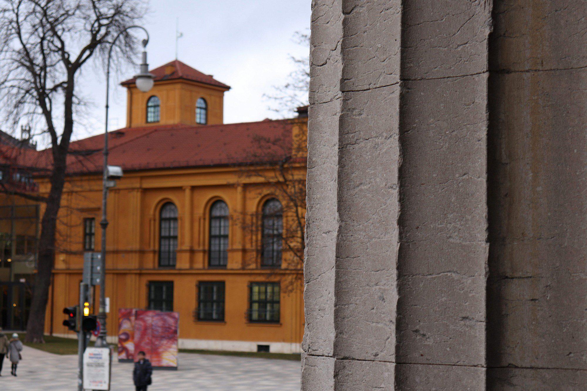 Blick auf das Münchner Lenbachhaus von den Propyläen aus