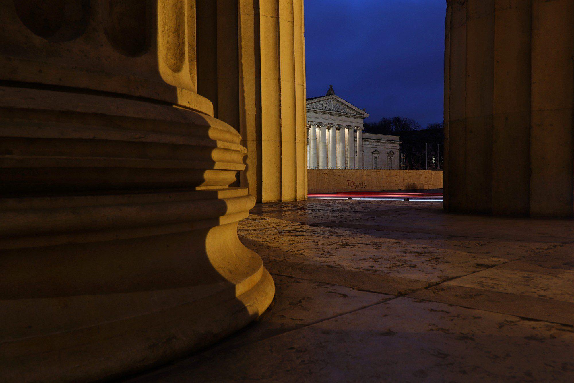 Blick von den Propyläen auf den Königsplatz in München zur Blauen Stunde
