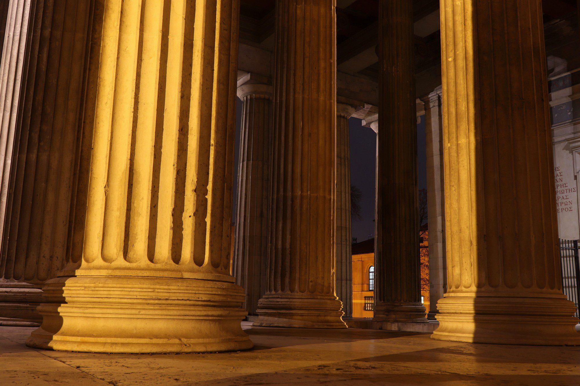 Die Propyläen am Münchner Königsplatz am Abend