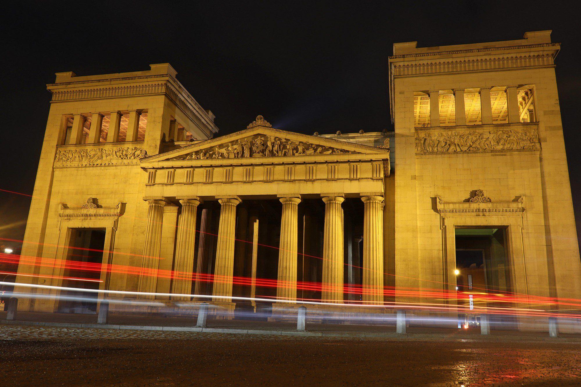 Blick auf die Propyläen am Königsplatz in München am Abend
