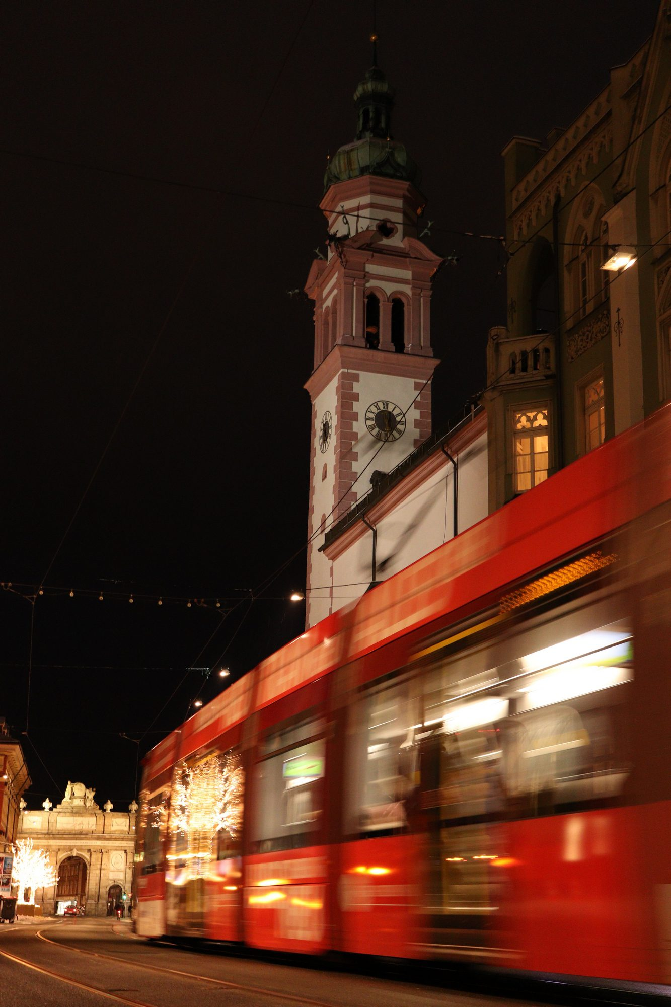 Die Maria-Theresienstraße in Innsbruck am Abend
