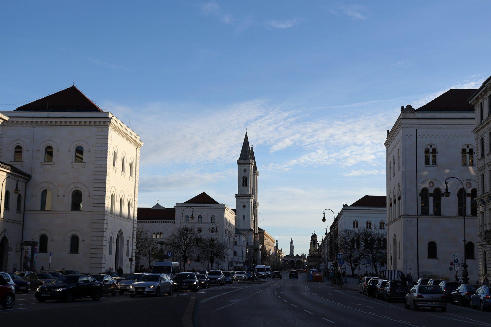 Blick vom Siegestor über die Ludwigstraße auf die Münchner Innenstadt