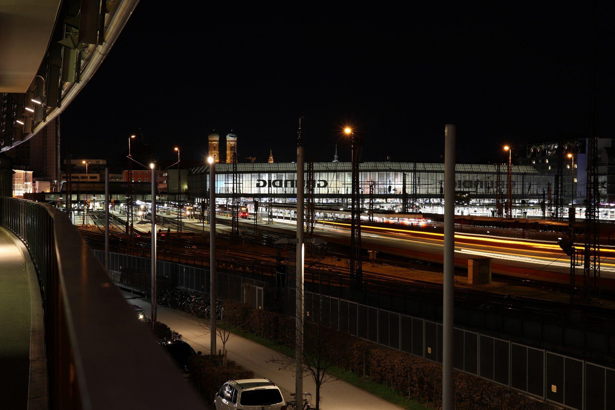 Blick auf den Münchner Hauptbahnhof am Abend