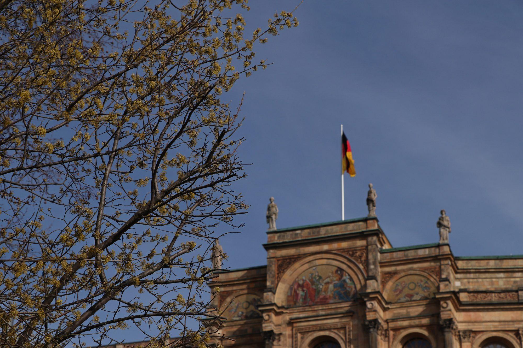Das Maximilianeum im Frühling in München
