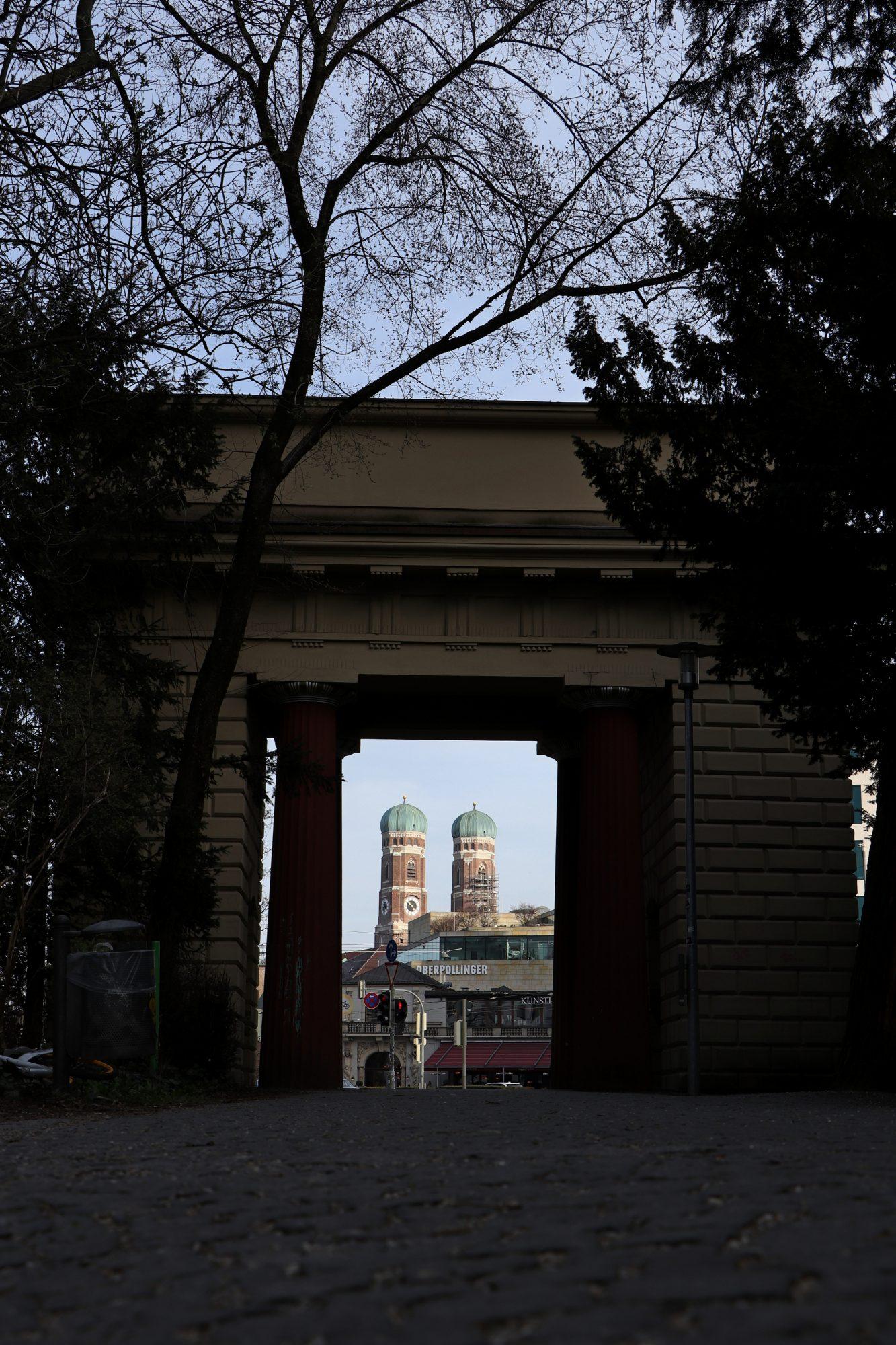Blick durch das Tor des Alten Botanischen Gartens auf die Münchner Frauenkirche