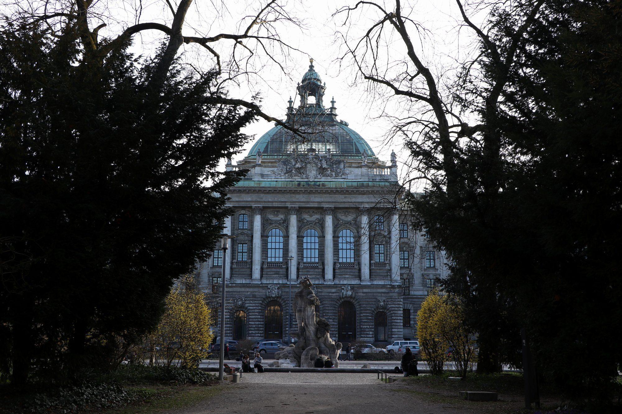 Blick auf den Justizpalast über den alten Botanischen Garten München