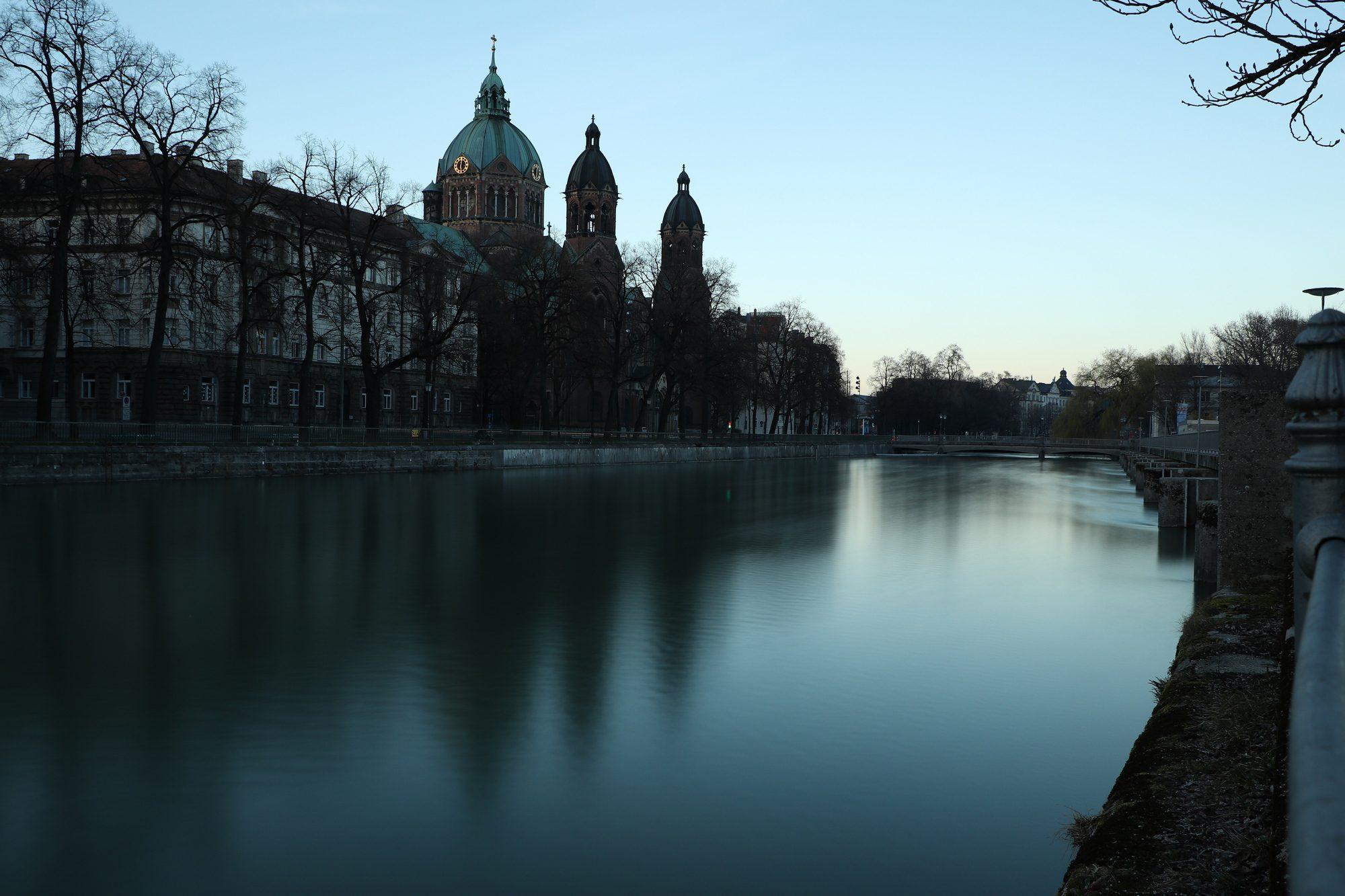 Blick vom Wehrsteg über die Isar auf St. Lukas in München