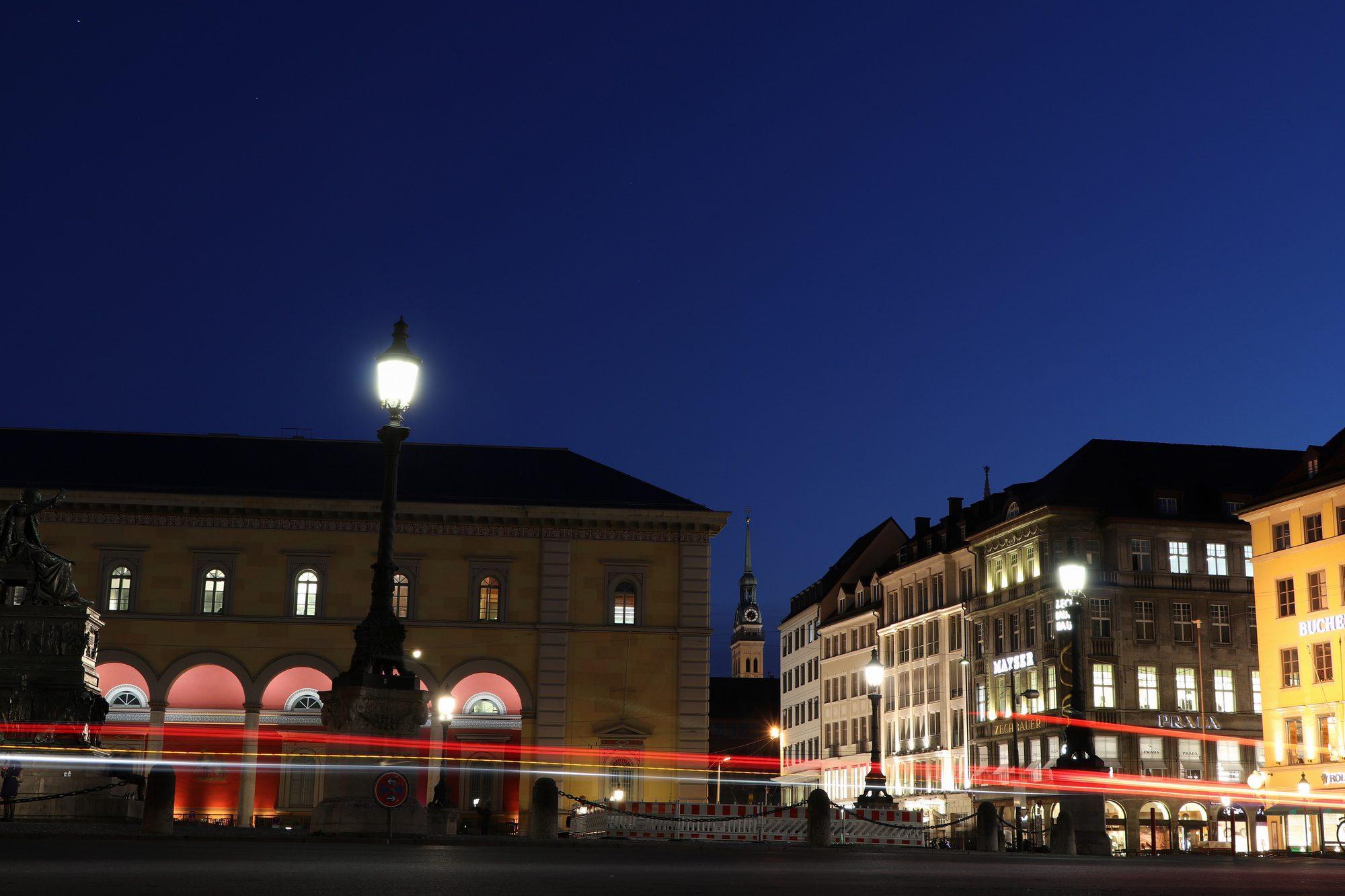 """Blick auf den """"Alten Peter"""" über den Max-Joseph-Platz in München"""