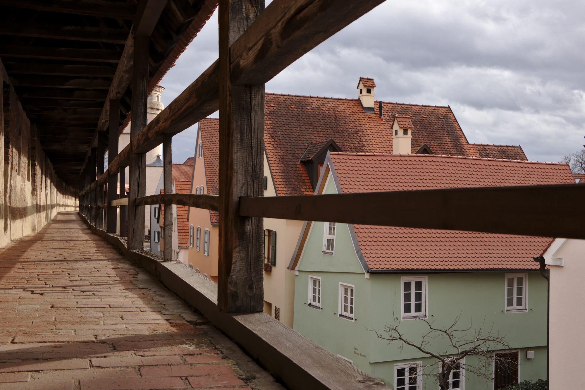 Auf der Stadtmauer in Nördlingen