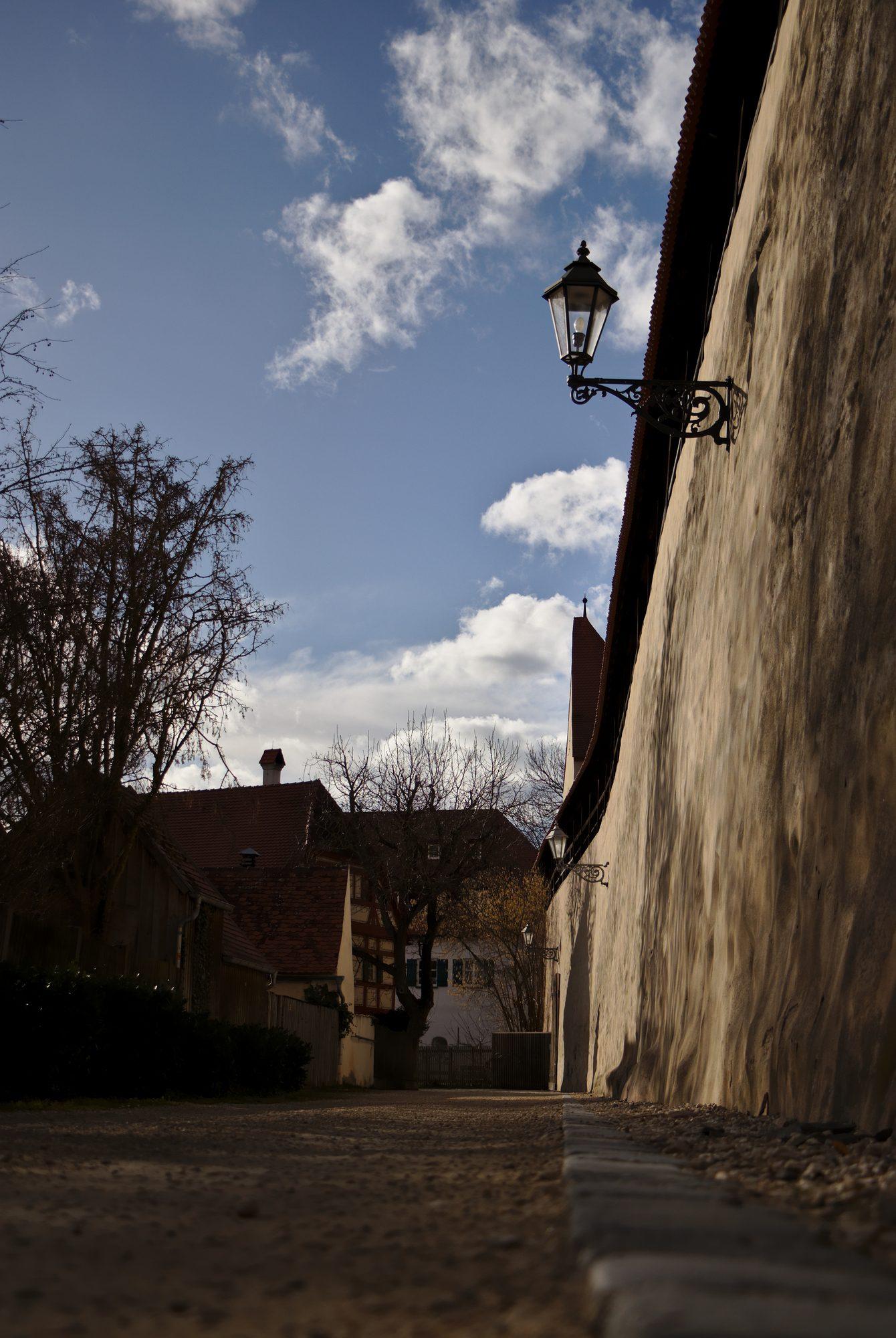 Entlang der Stadtmauer von Nördlingen