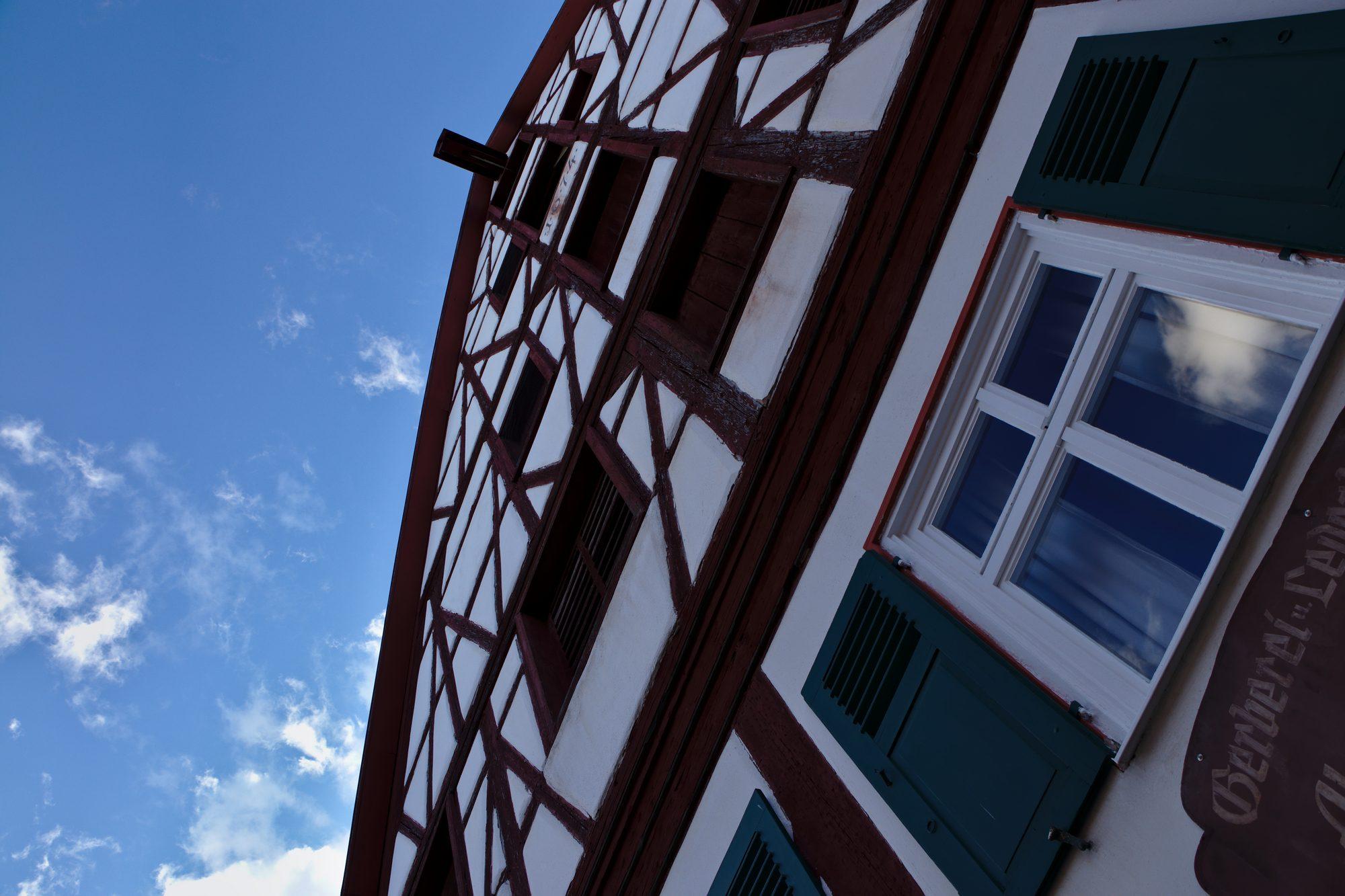 Fassade eines Fachwerkhauses in der Altstadt von Nördlingen