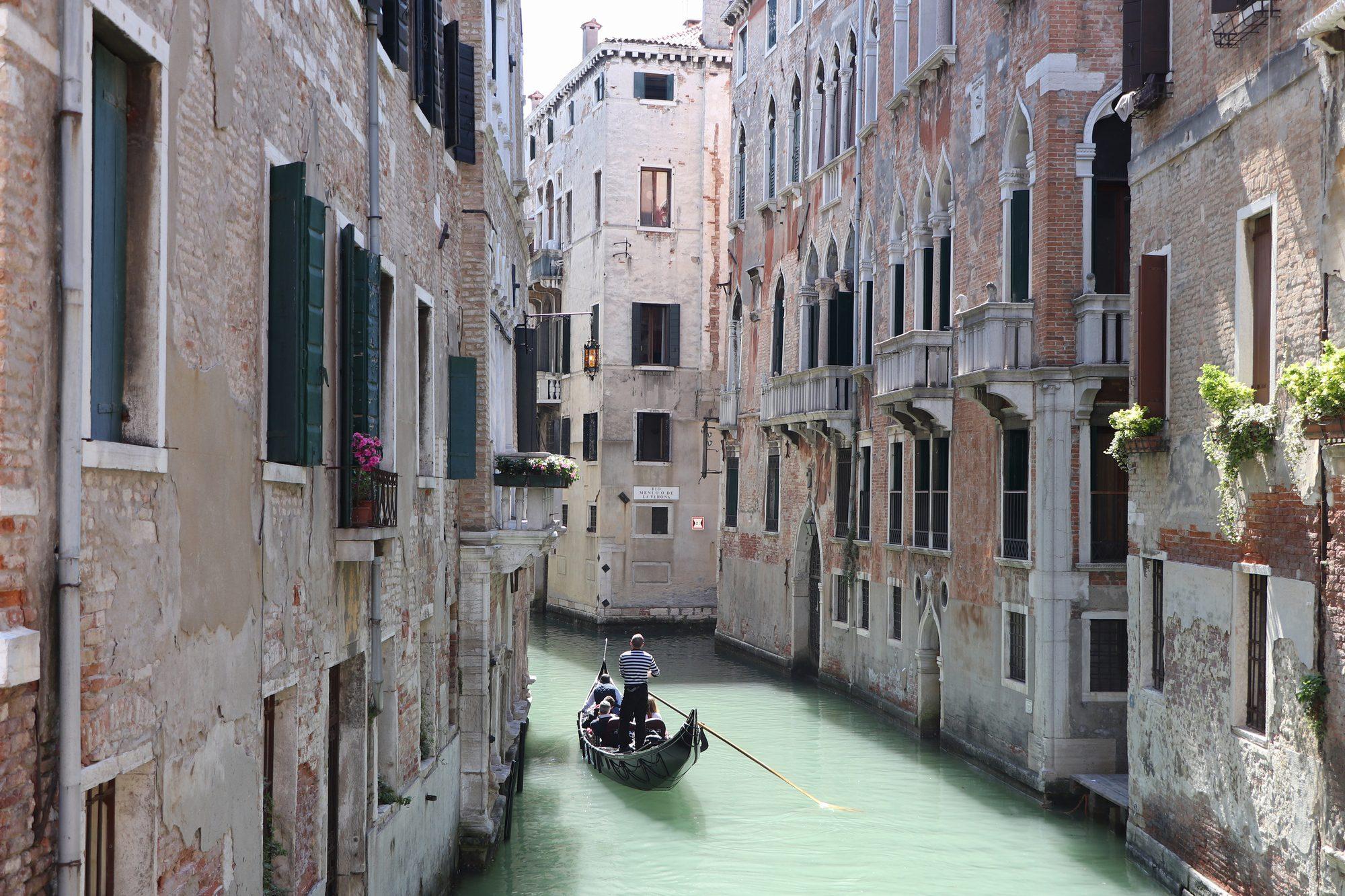 Kanal mit Gondel in Venedig
