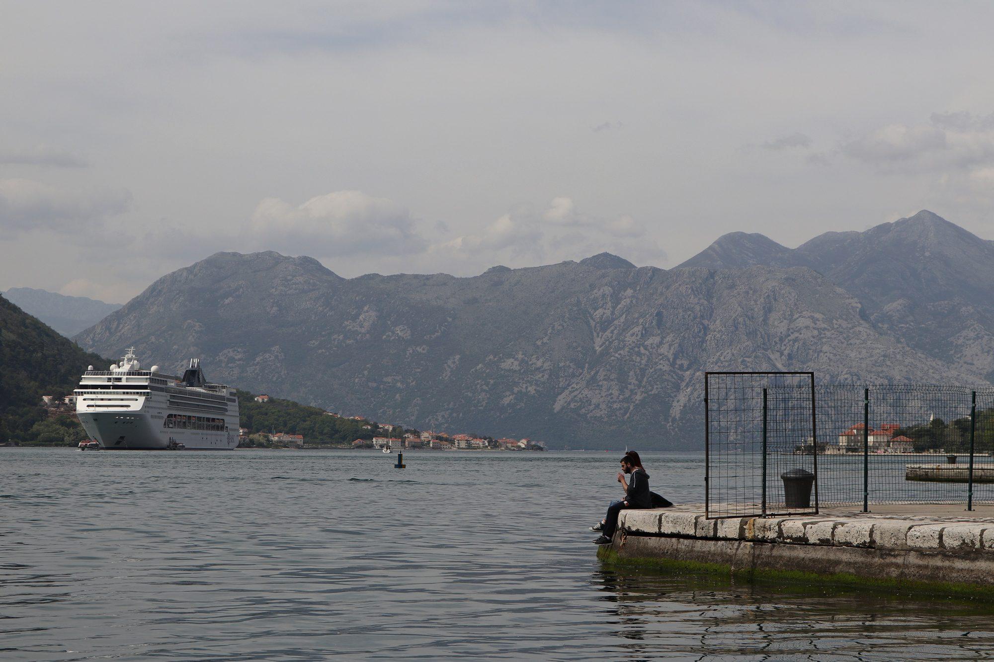 Die MSC Opera in der Bucht von Kotor