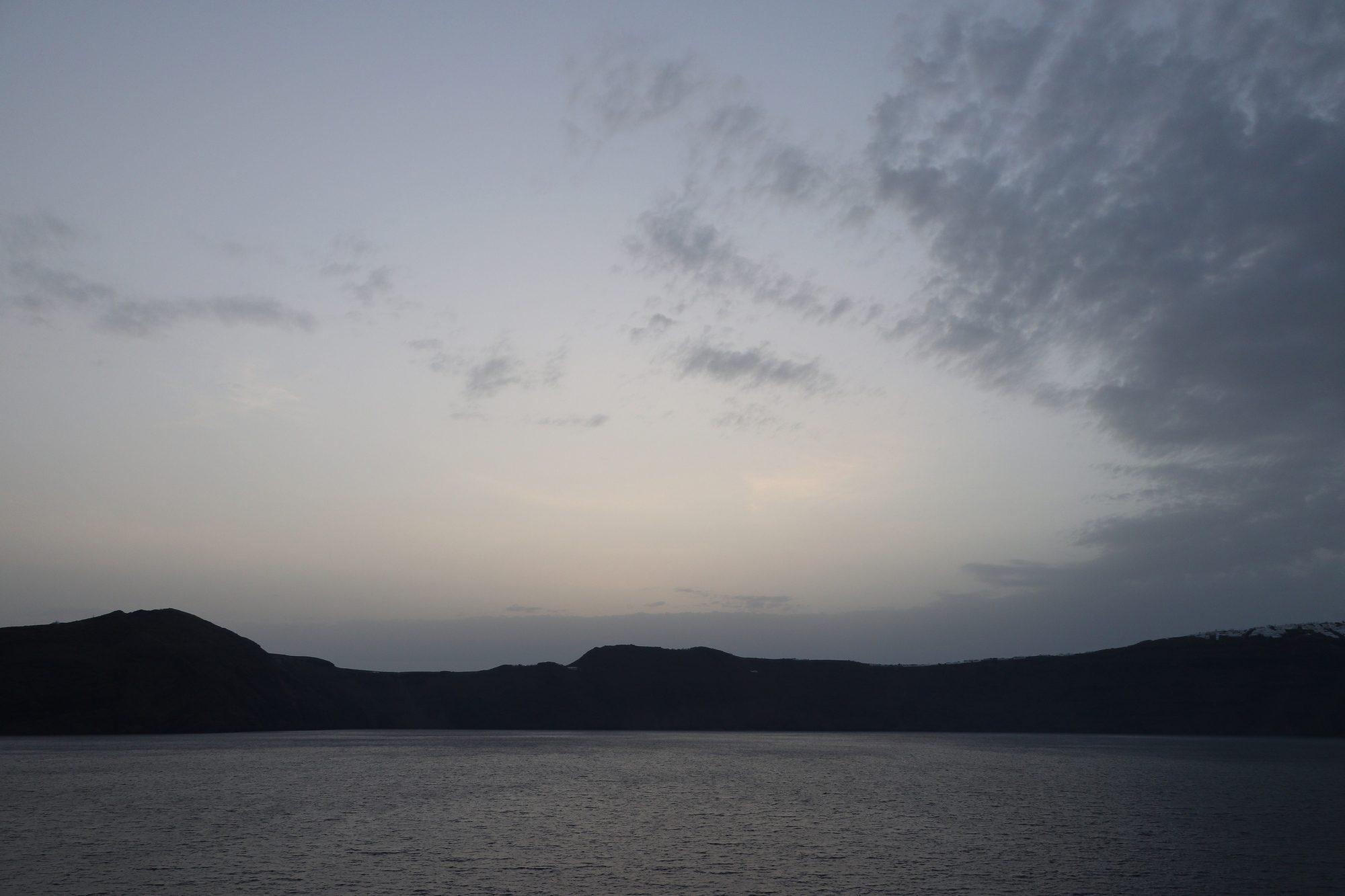 Einfahrt in die Caldera von Santorin zu Sonnenaufgang