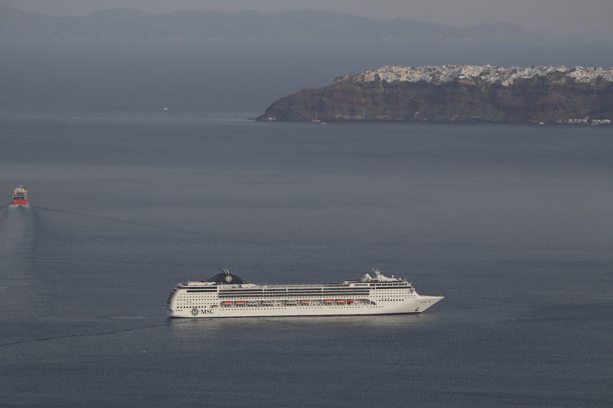 Die MSC Opera in der Caldera von Santorin